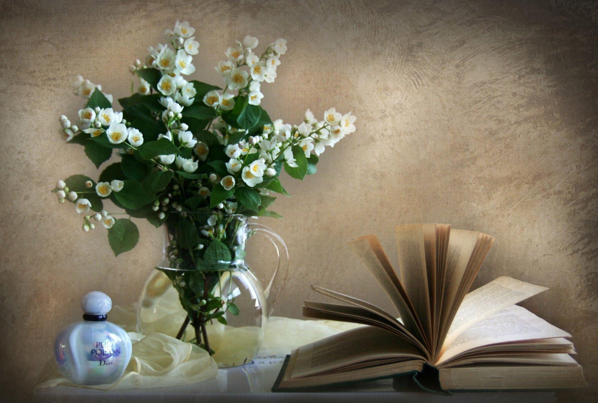 Книги и цветы открытки