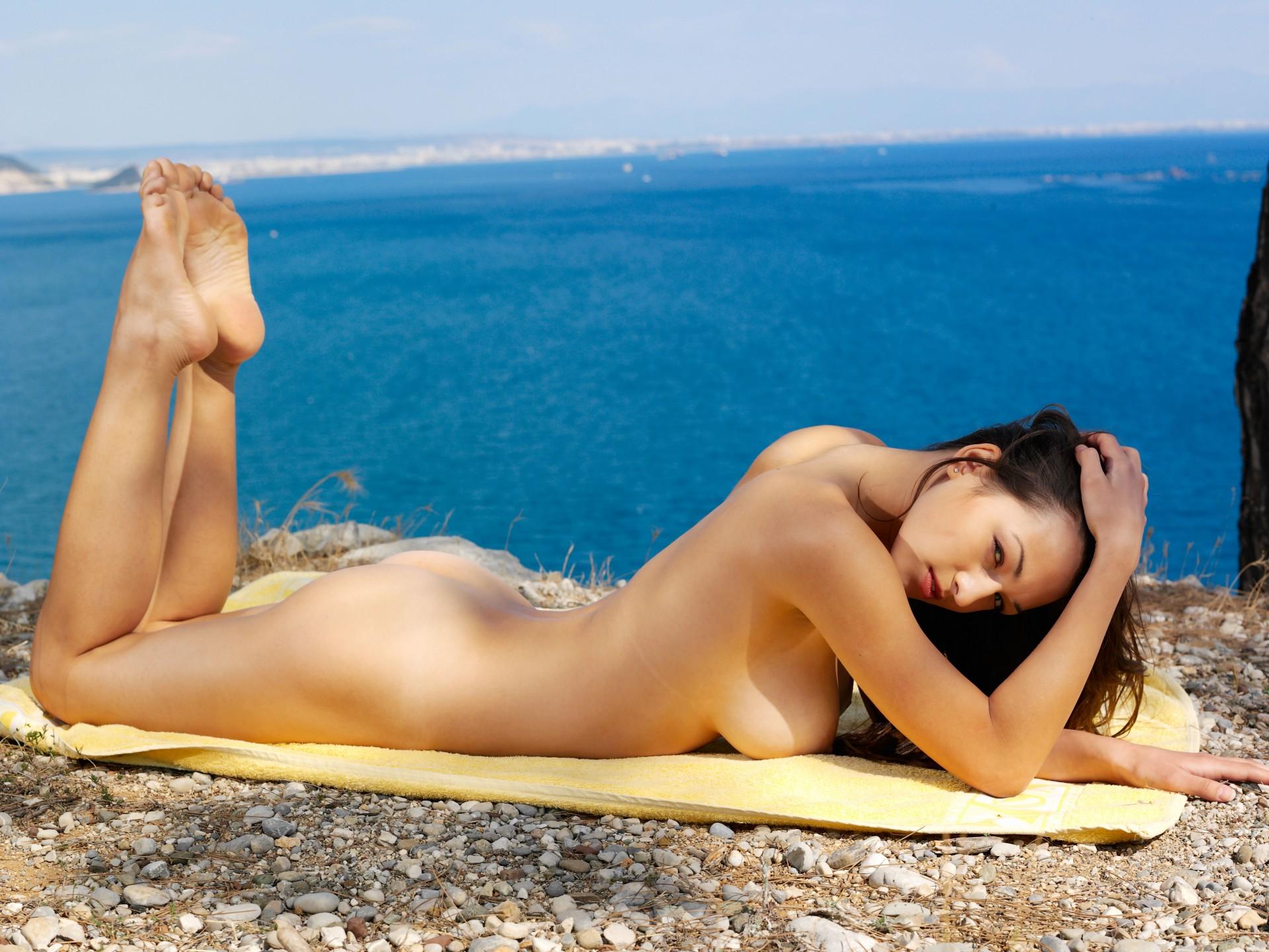 эротика из пляжа девушка полностью открывает