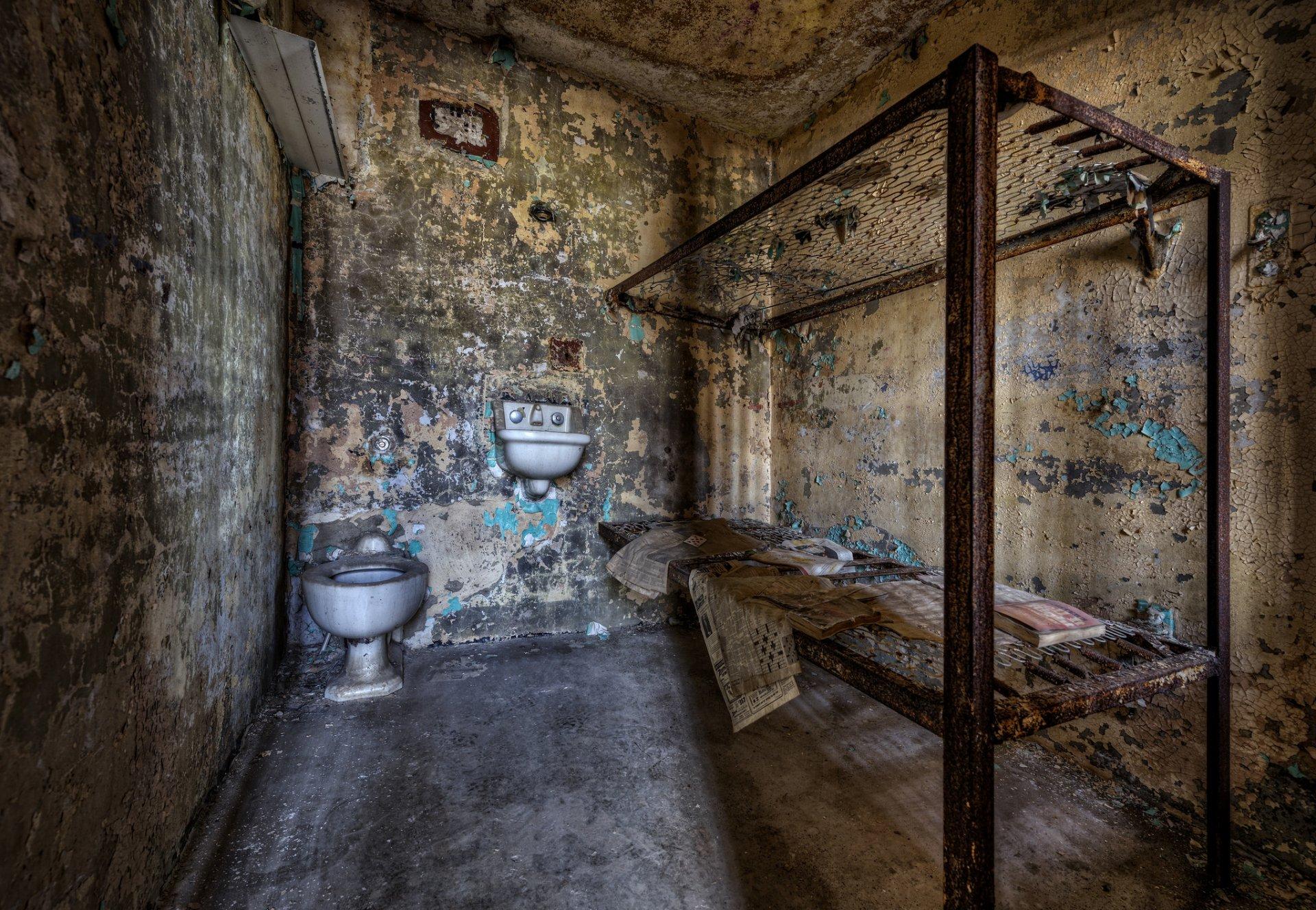 Фото стола в тюремной камере — pic 8