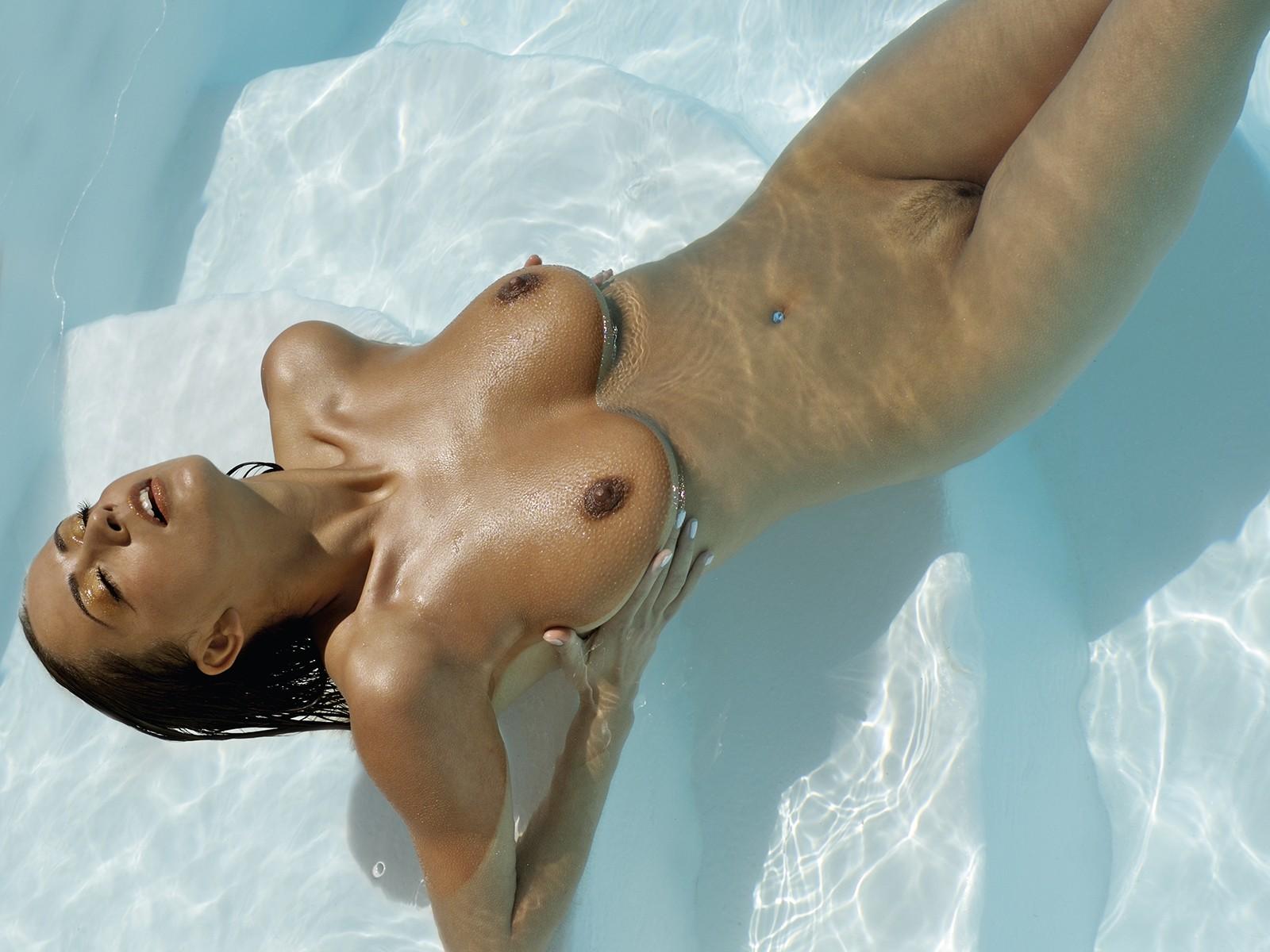 обнаженная дама в бассейне совет