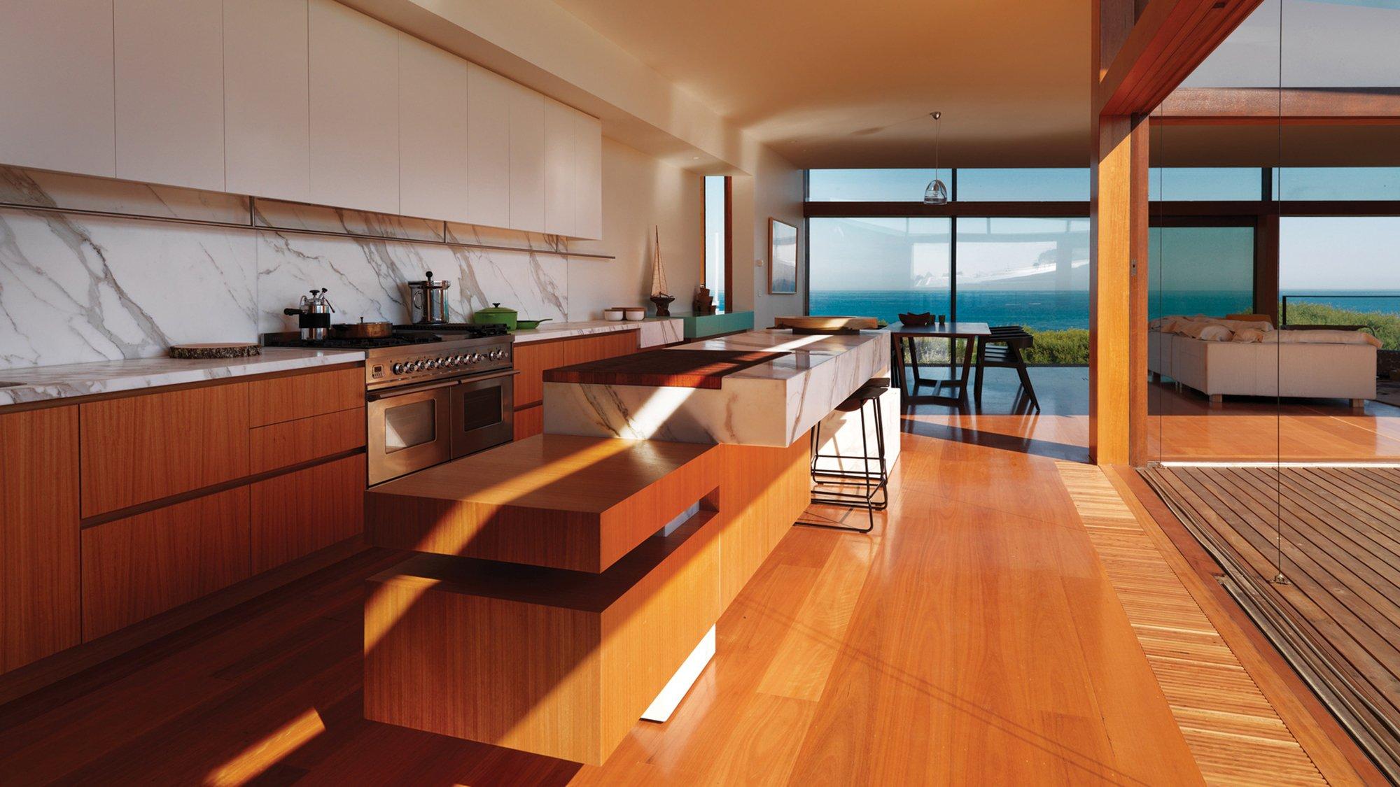 Интерьер кухня стол стулья шкафы техника окно море hd обои д.