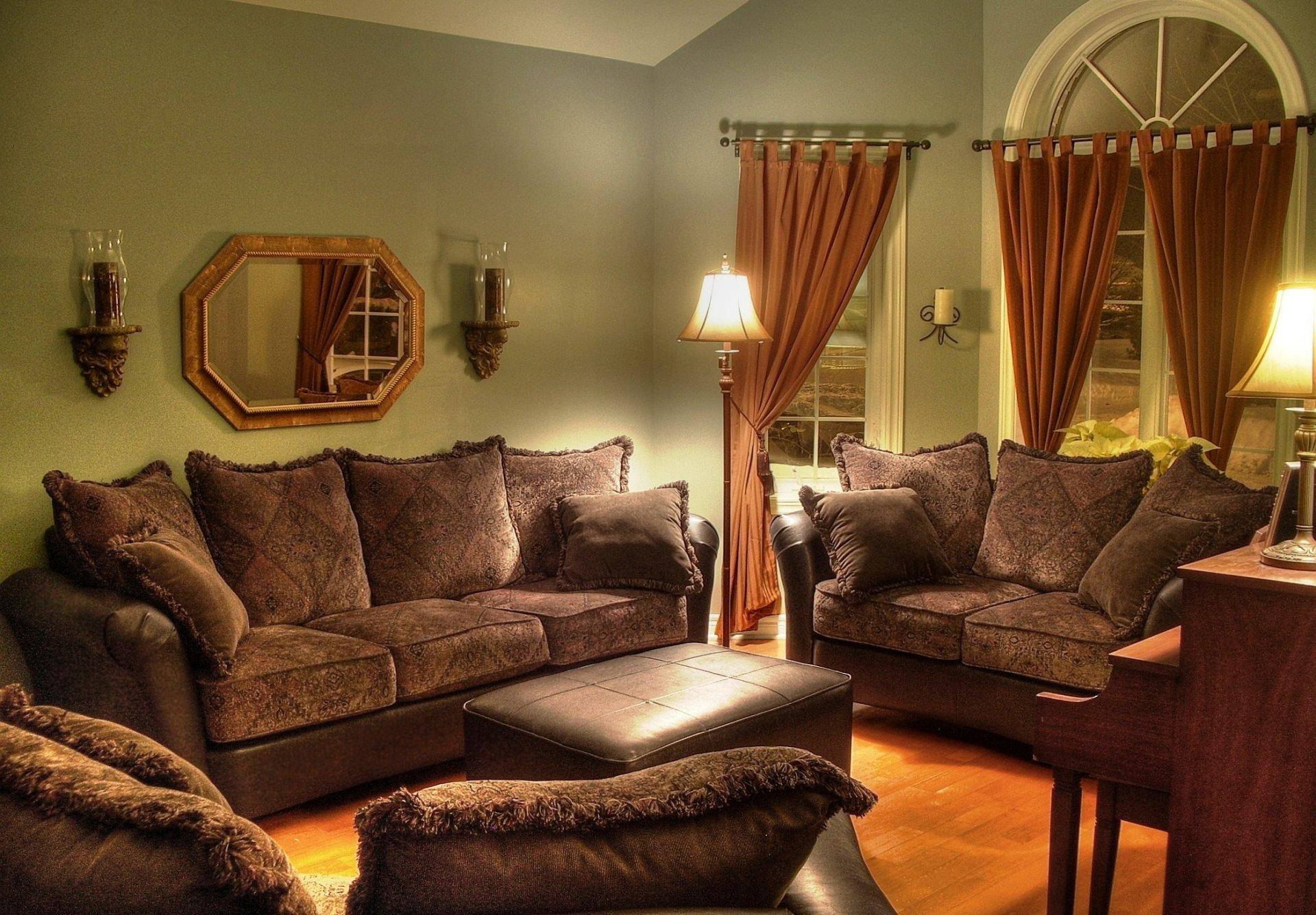 Мебель и шторы в интерьере гостиной