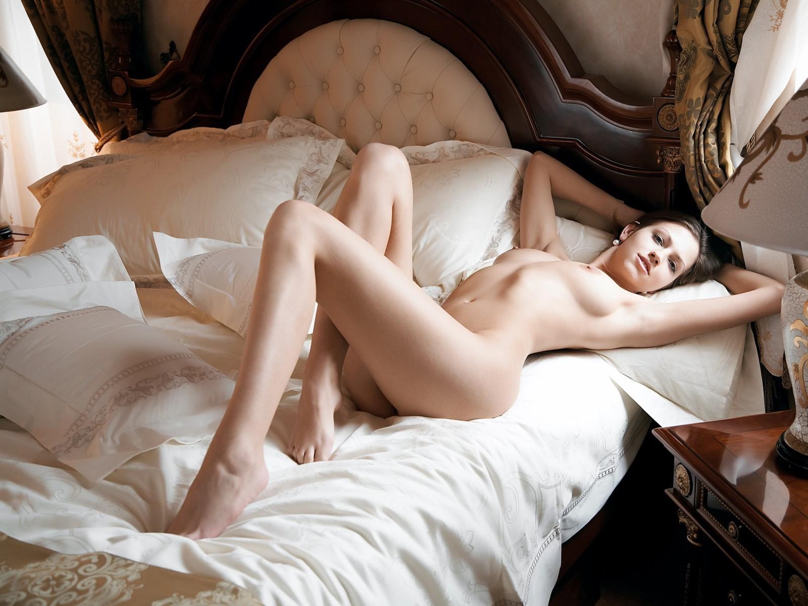 обнаженная девушка на постели фото произнесение