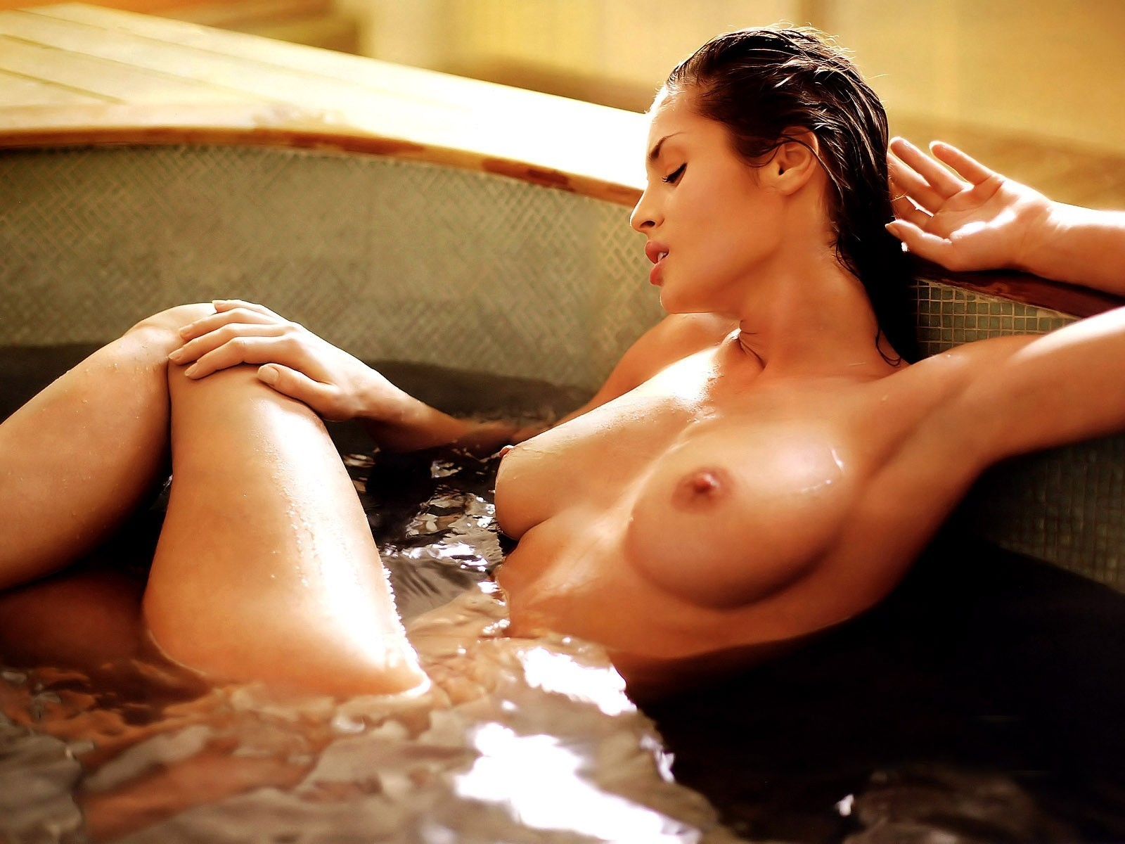 hot-and-wet-naked-women