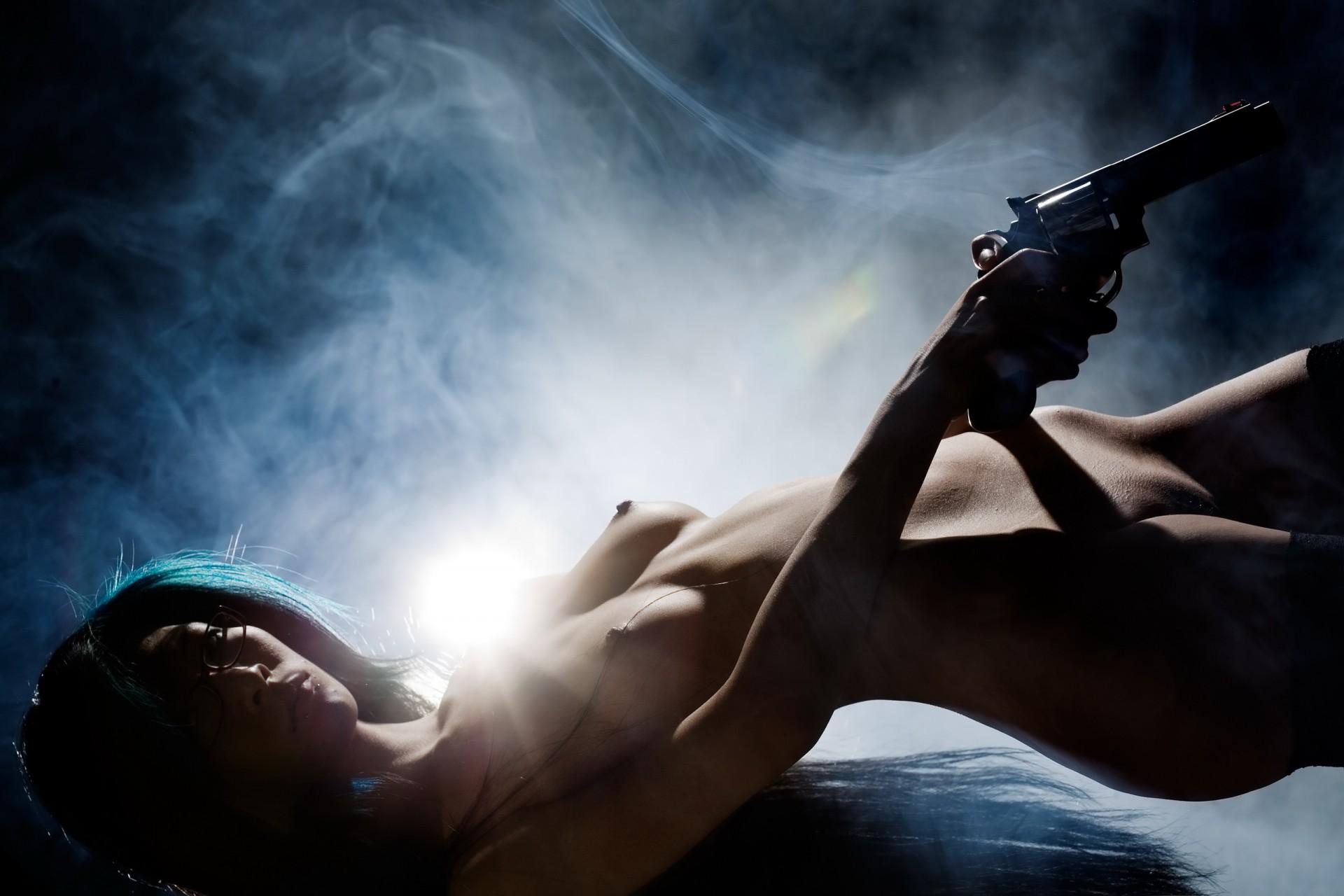 девушки с оружием смотреть рабочий стол эротика она