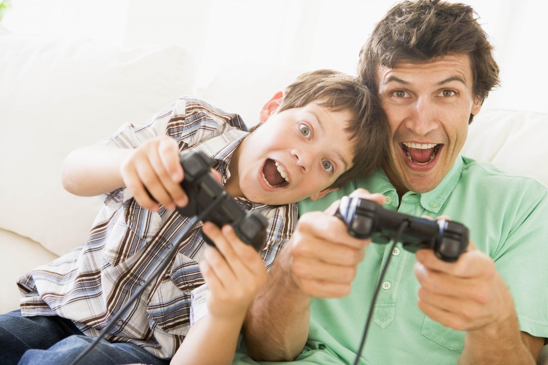 Открытки поздравление, картинка папа играет с сыном