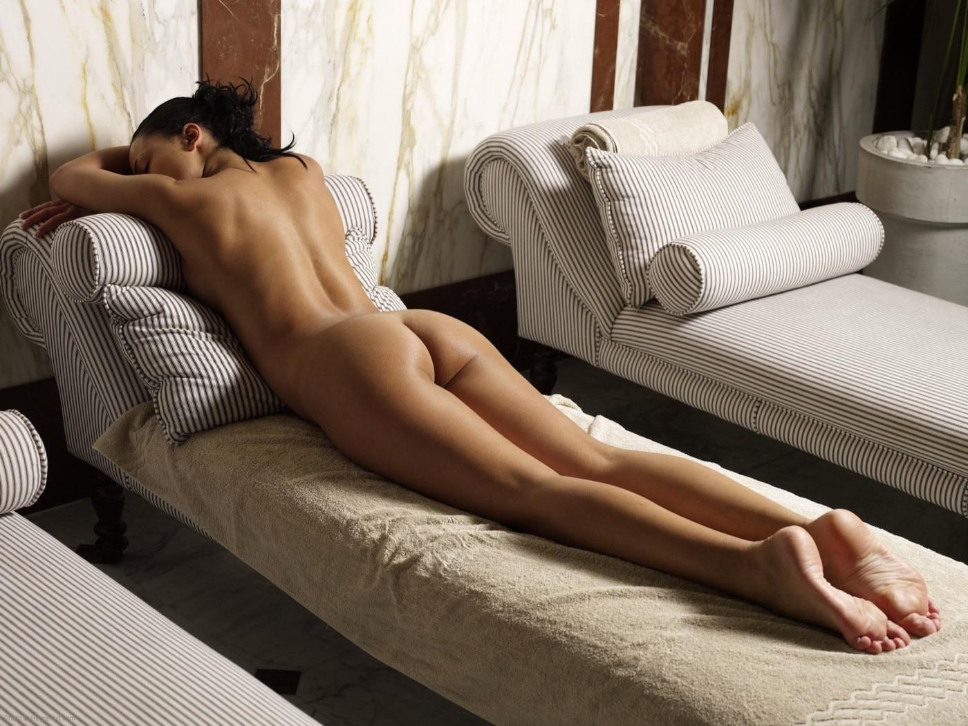 голые попки девушек лежа на животе порно