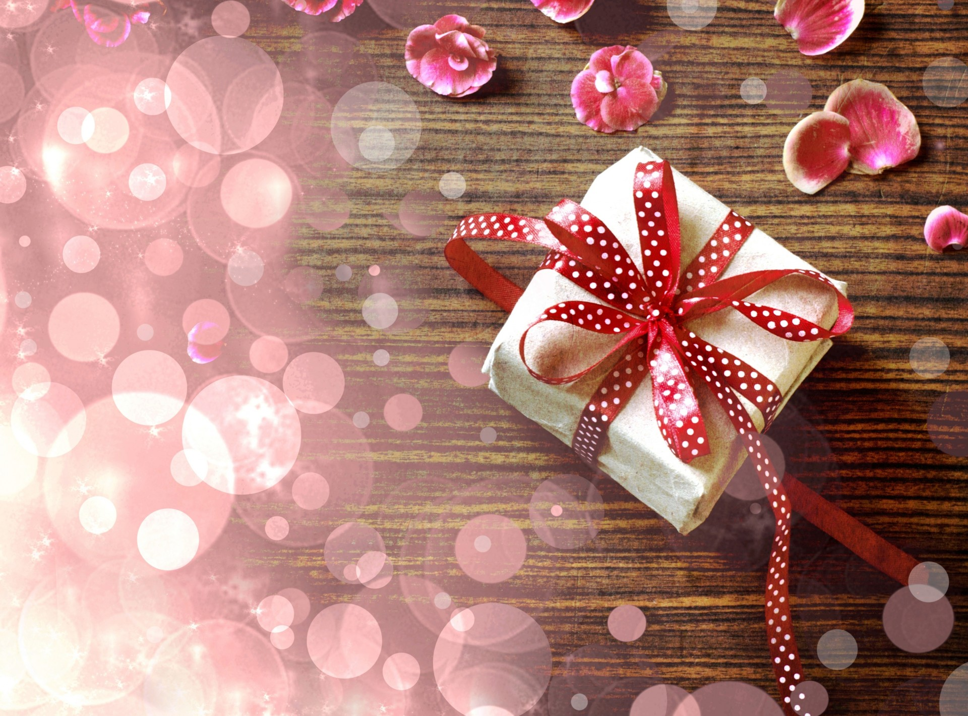 Открытка для девушки с подарком 81