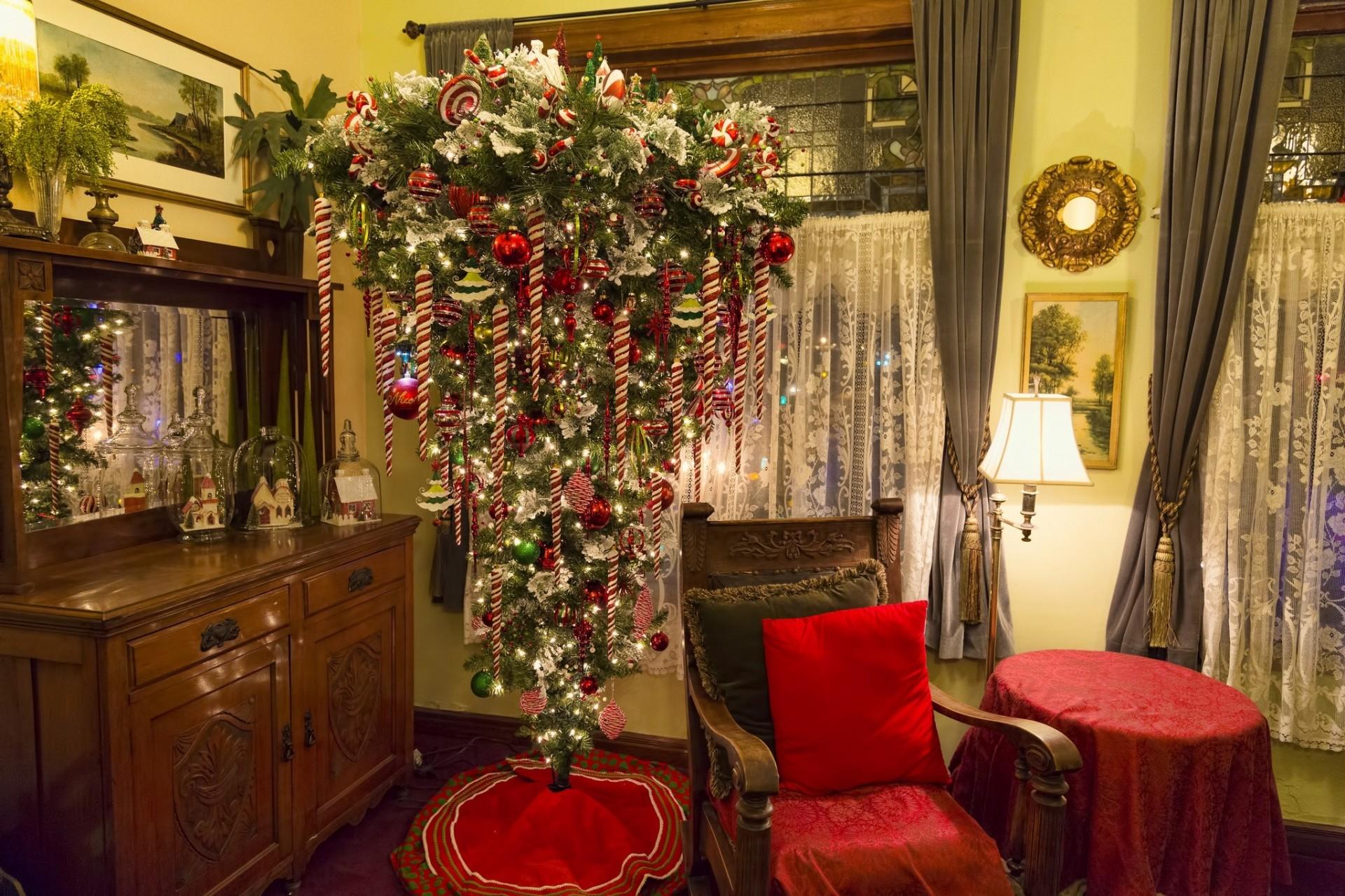 картинка с елкой новогодней на потолке день