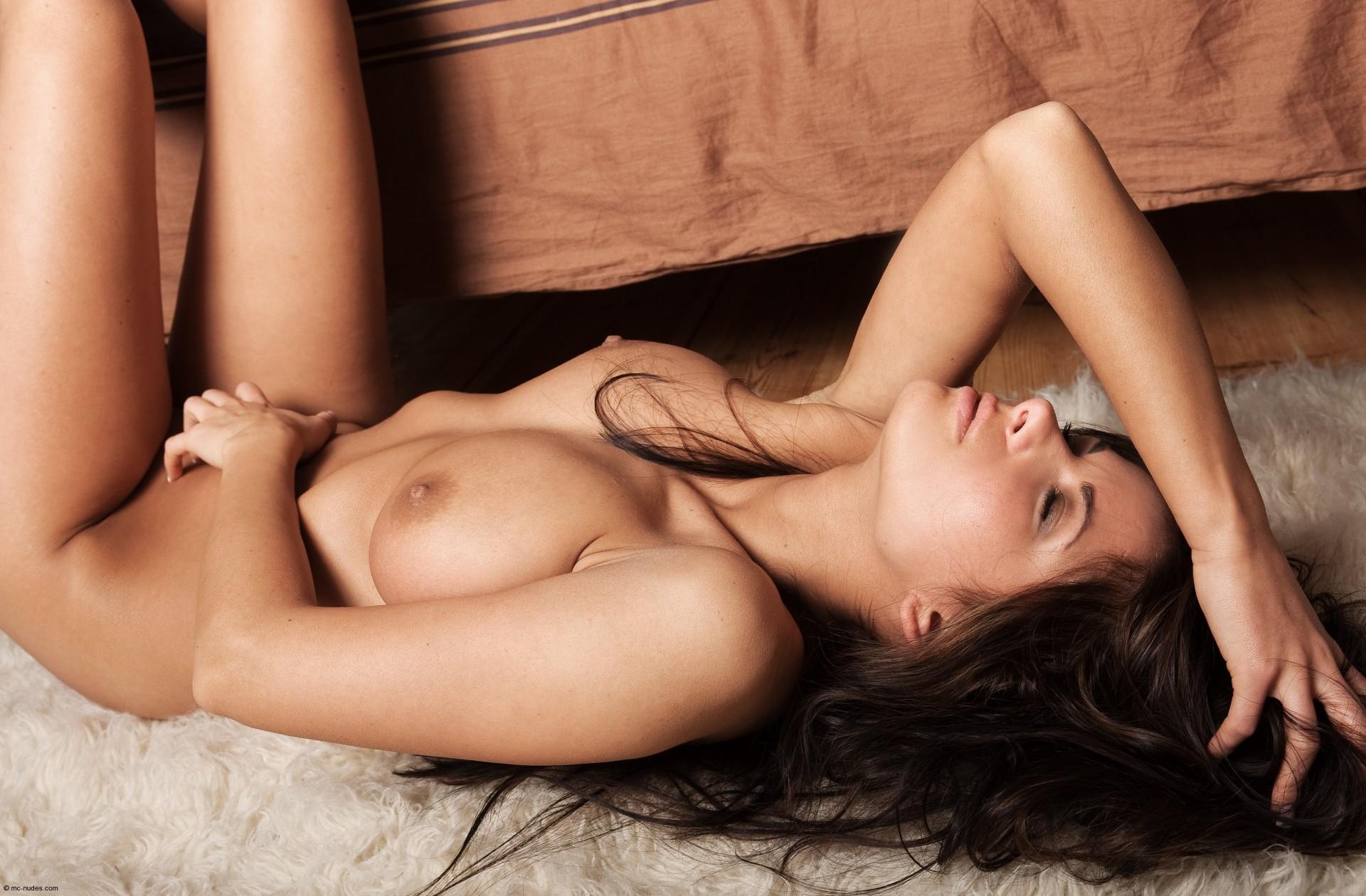 сексуальная женщина раздевается