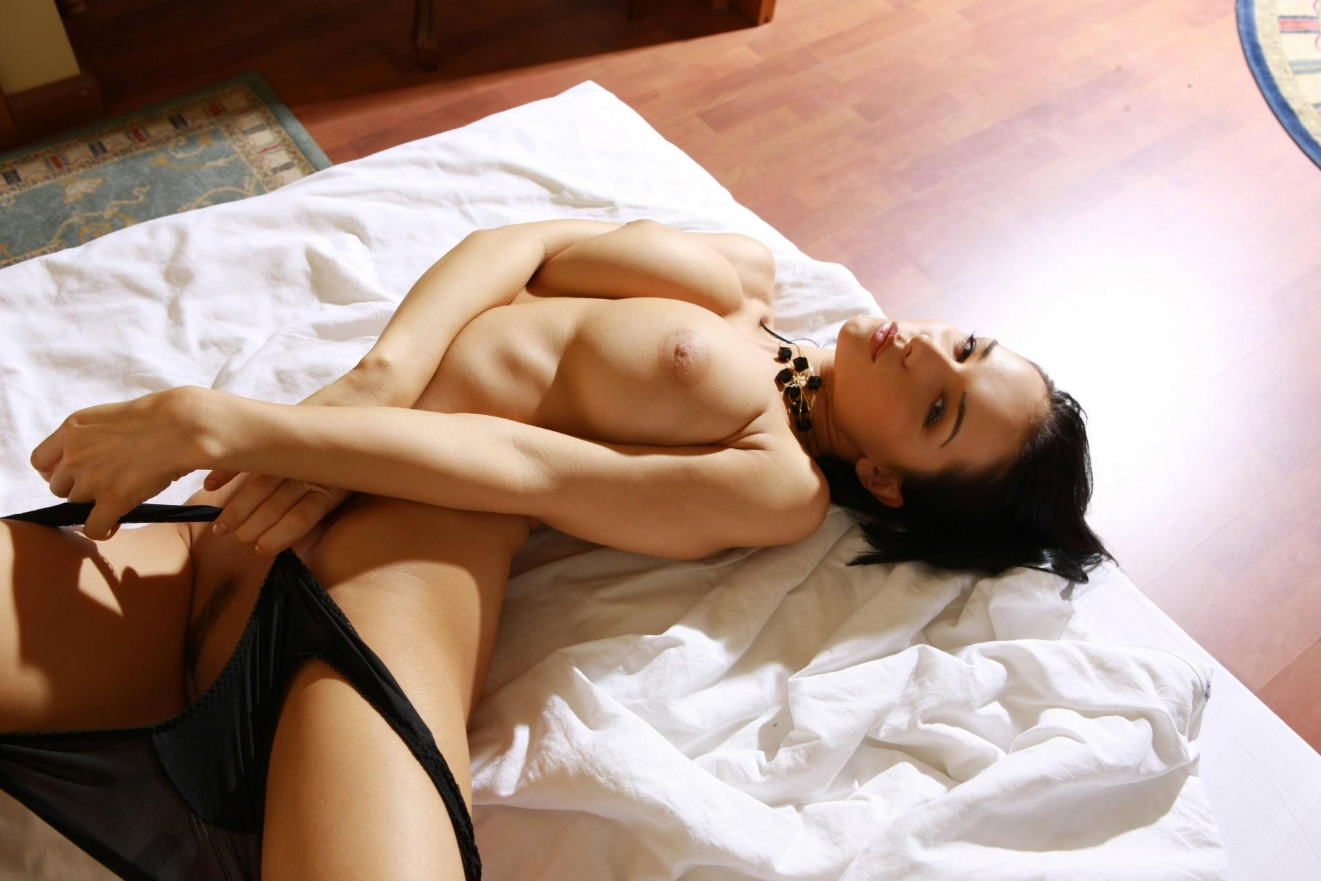 в трусиках голая на кровати - 11