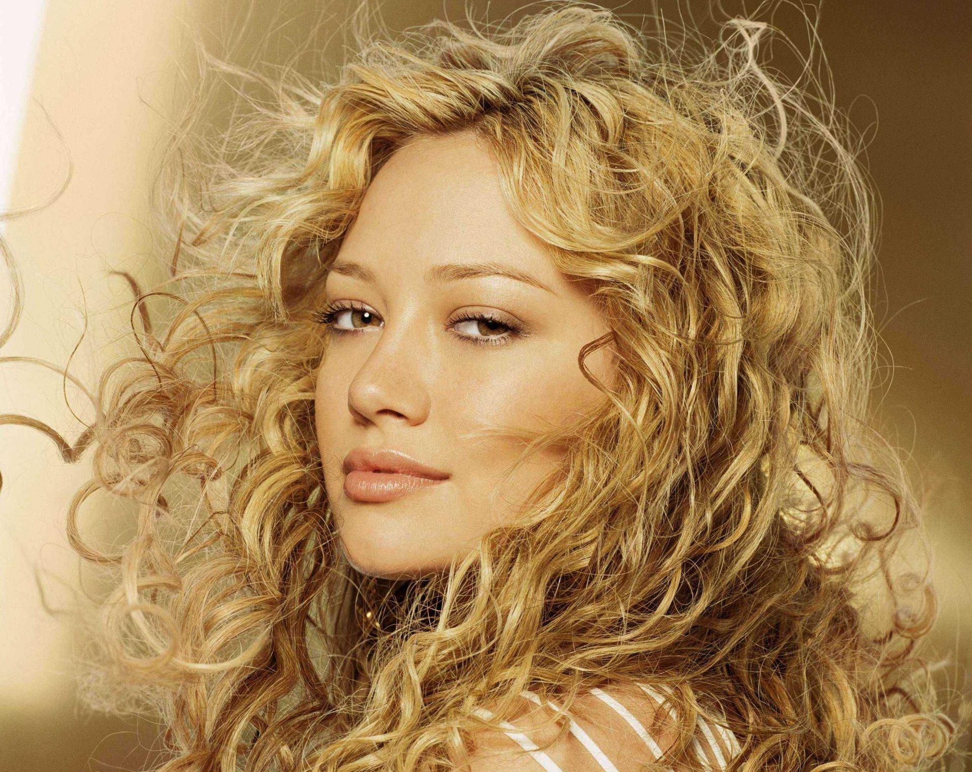 женщине красивые девушки блондинка с волнистыми волосами время для последнего