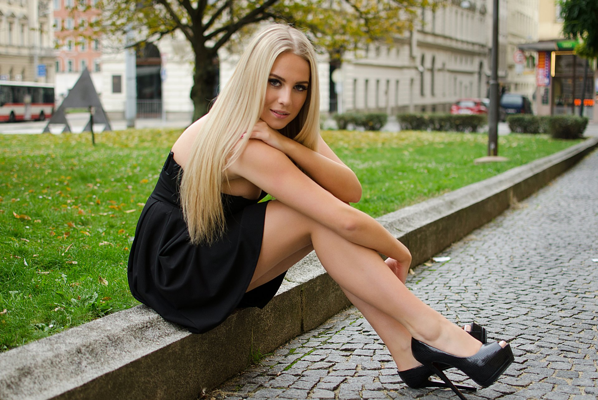 девушка красавица город улица поребрик блондинка ноги взгляд красота.