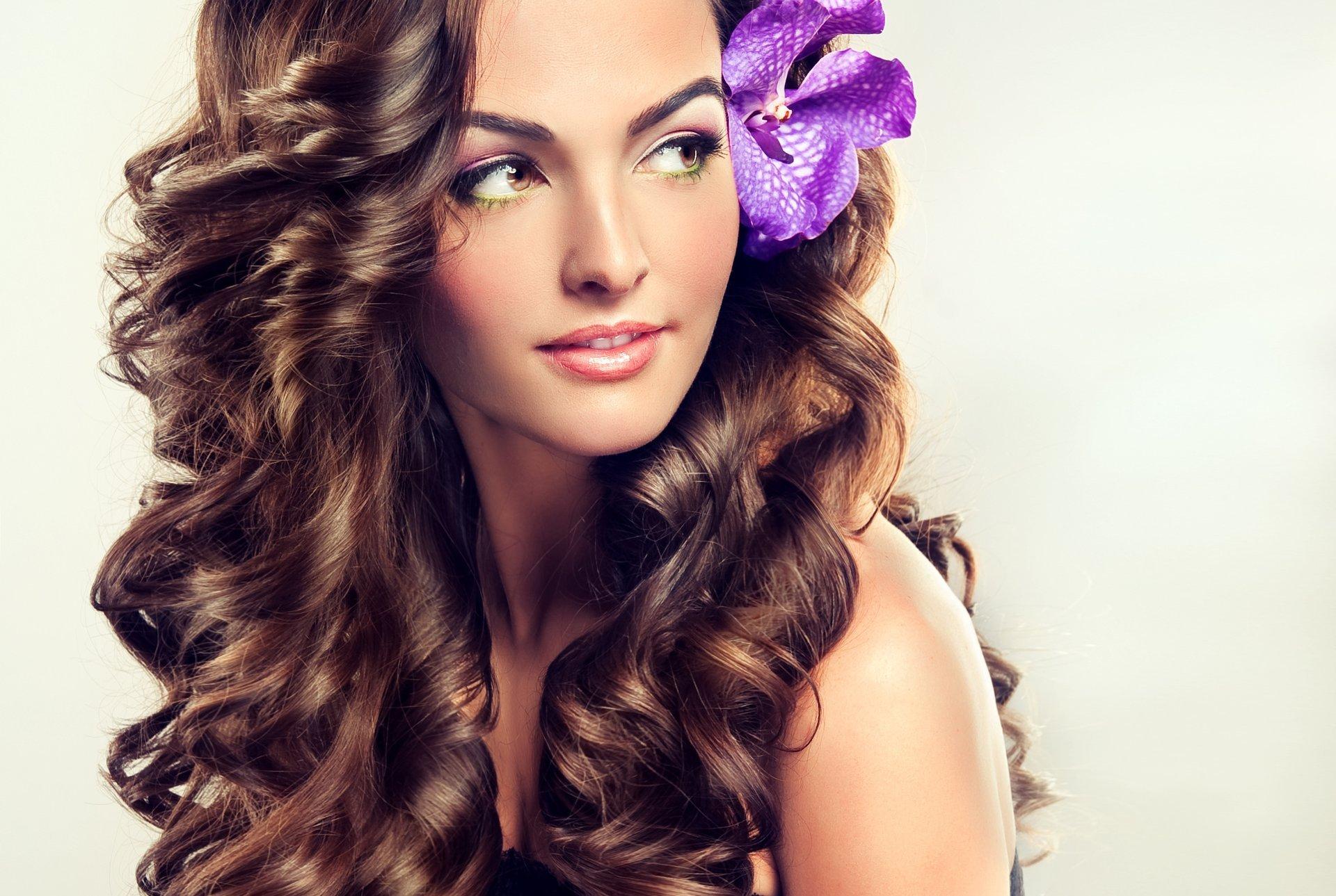 Девушка с макияжем и длинными волосами 71