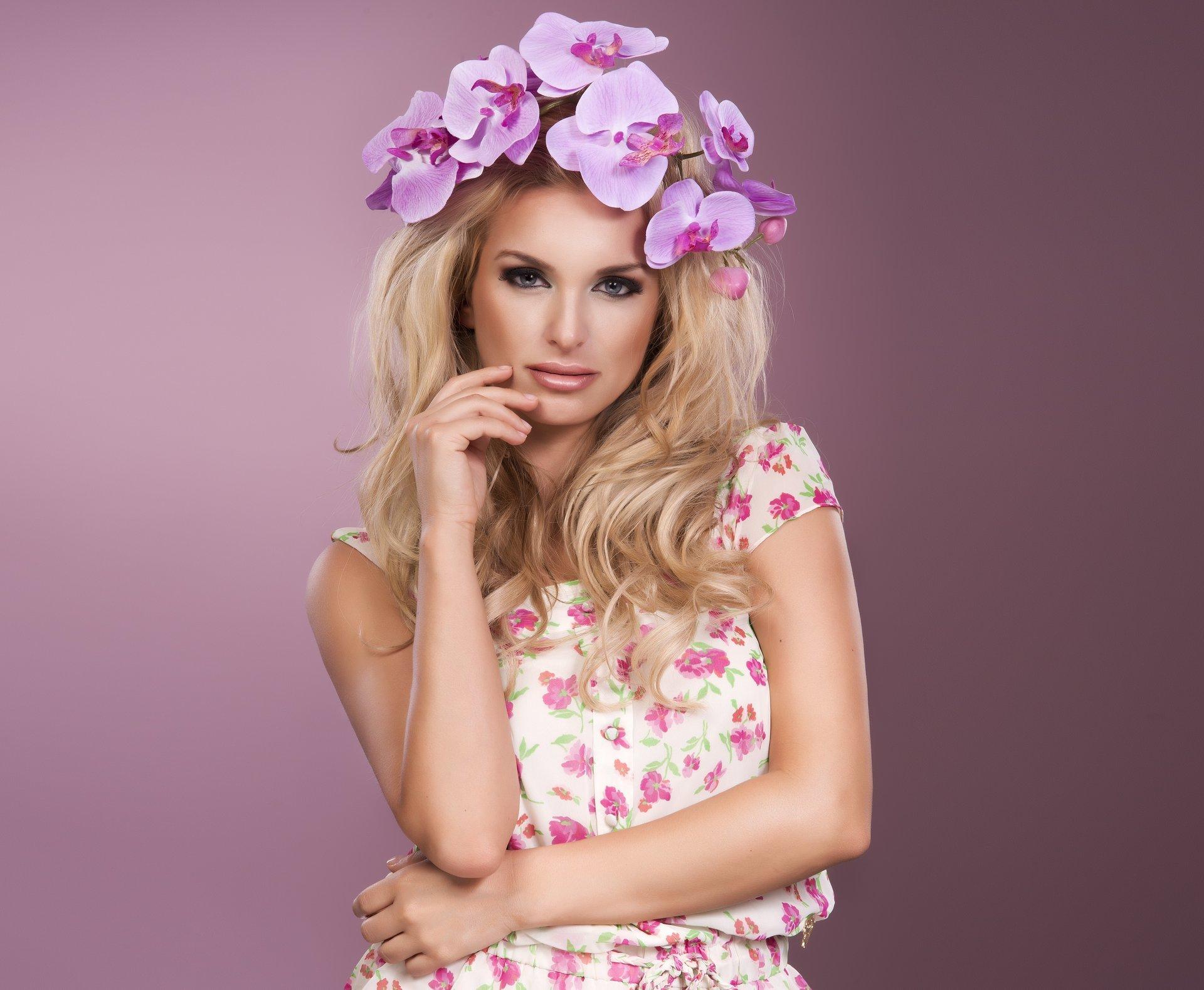 Картинка девушки с цветами на голове и розовых, открытки национальные картинки