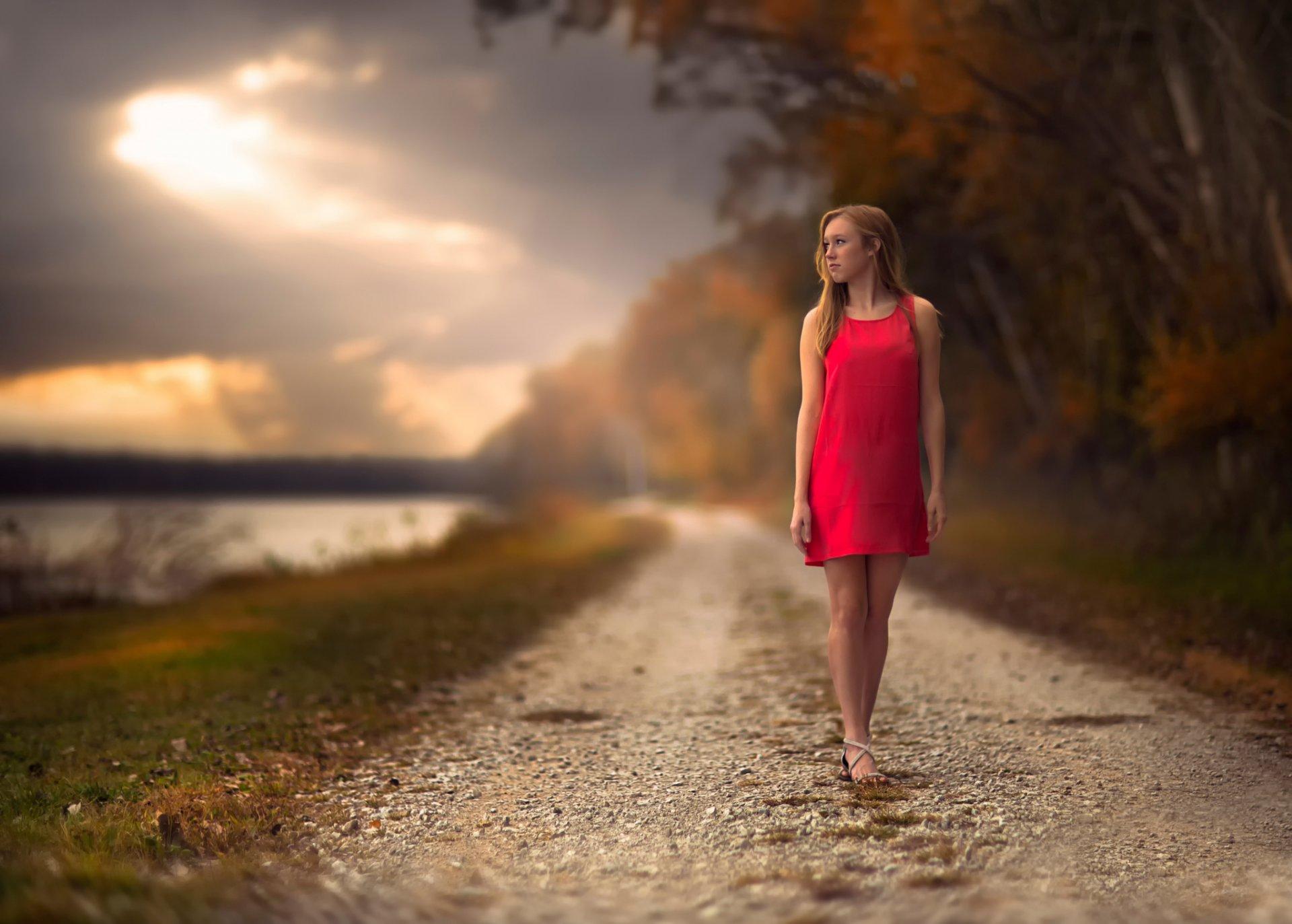 картинки девушка красивая блондинка уходит по дороге сучка