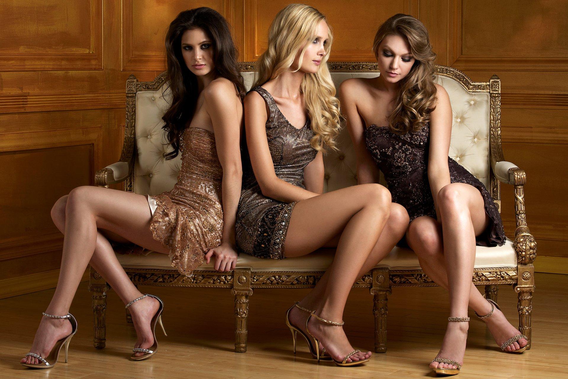 Видео секса на диване лезби втроём одетые с тремя блондинками конечно