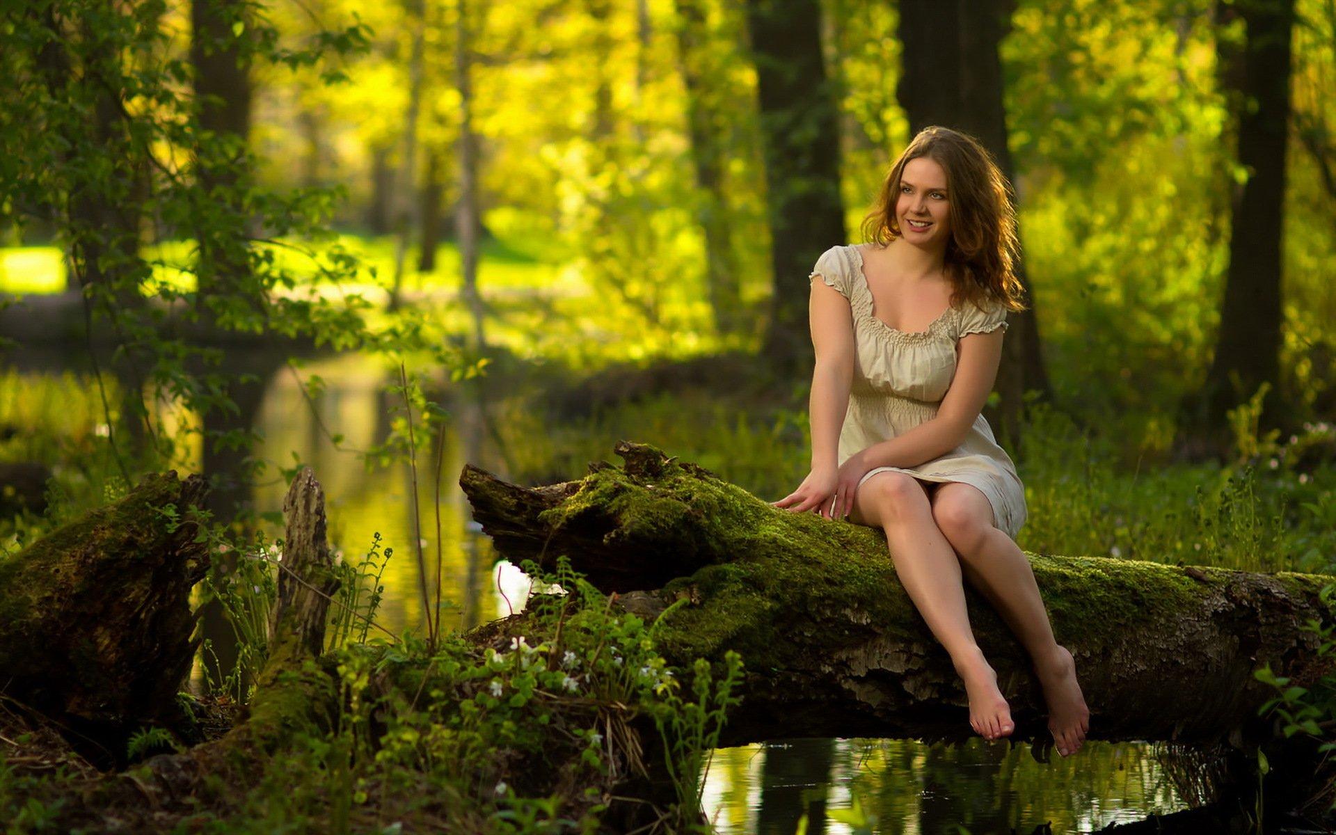 Девушка дерево улыбка лес Girl tree smile forest скачать