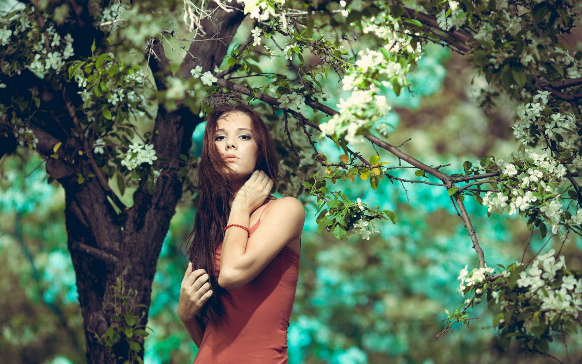 девушки около дерева один такой