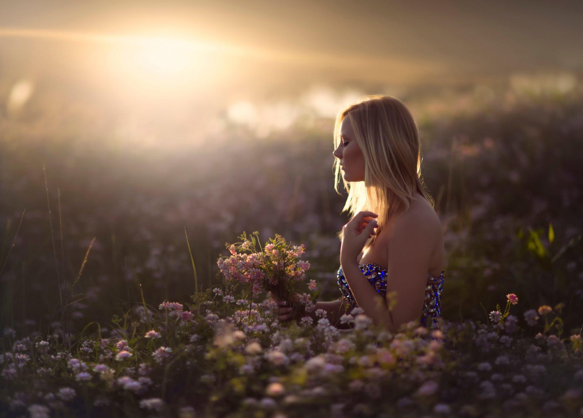 Грустные фото девушек в поле