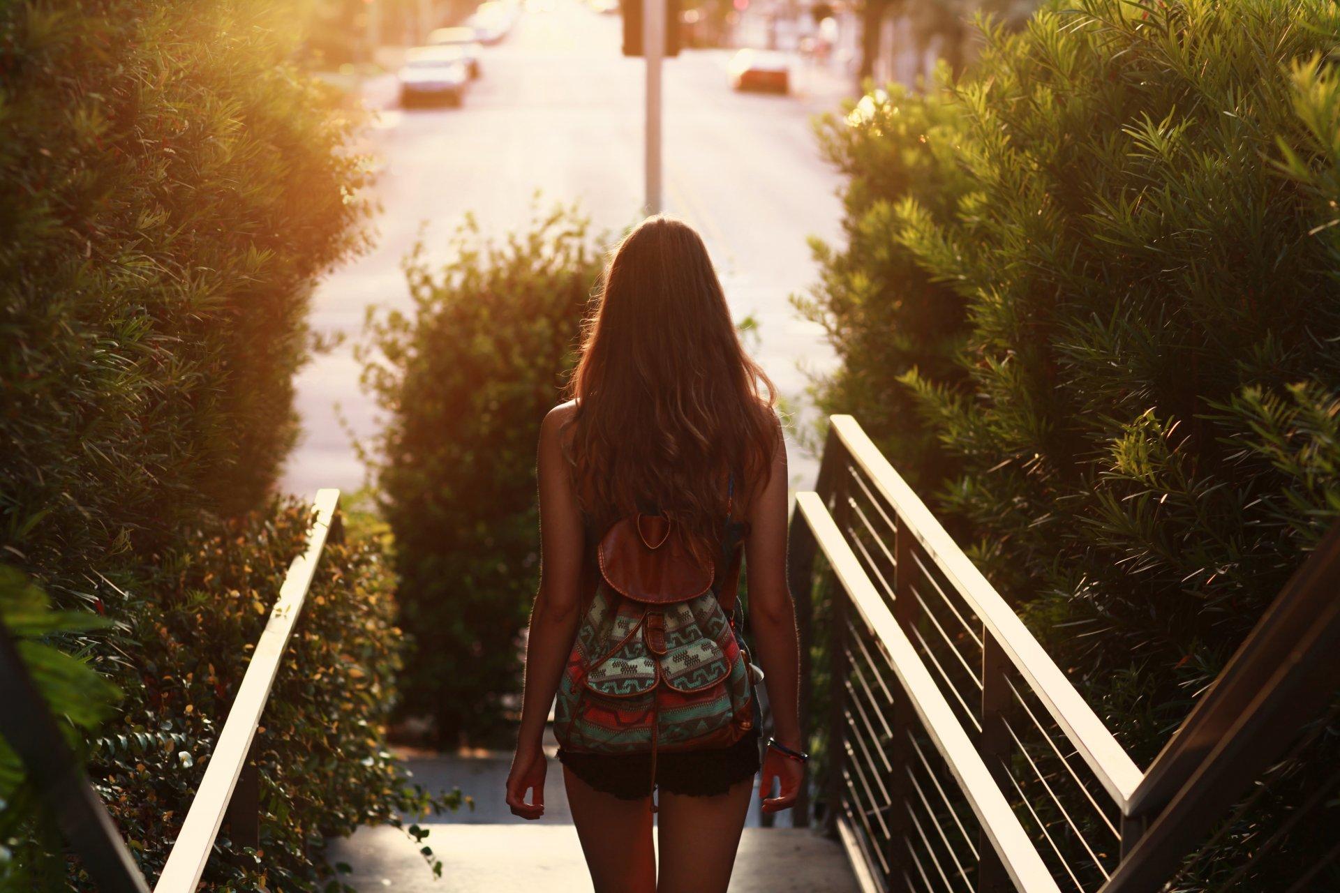 Девушка с портфелем фото
