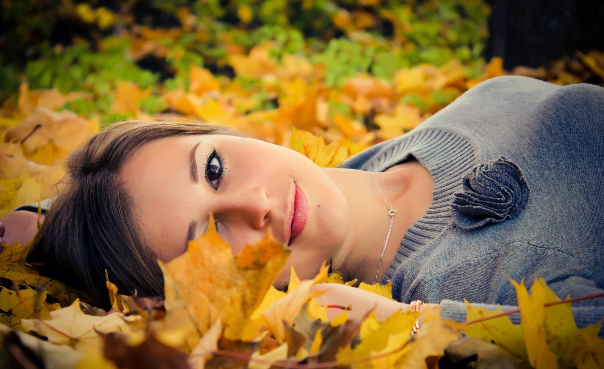фотографии и позы с осенними листьями родители