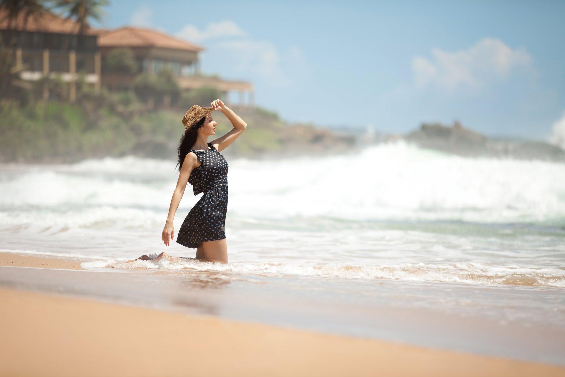 Фото красивых девушекбрюнеток отдыхающих на берегу моря 480, Голая брюнетка на берегу моря. Фото эротика 14 фотография