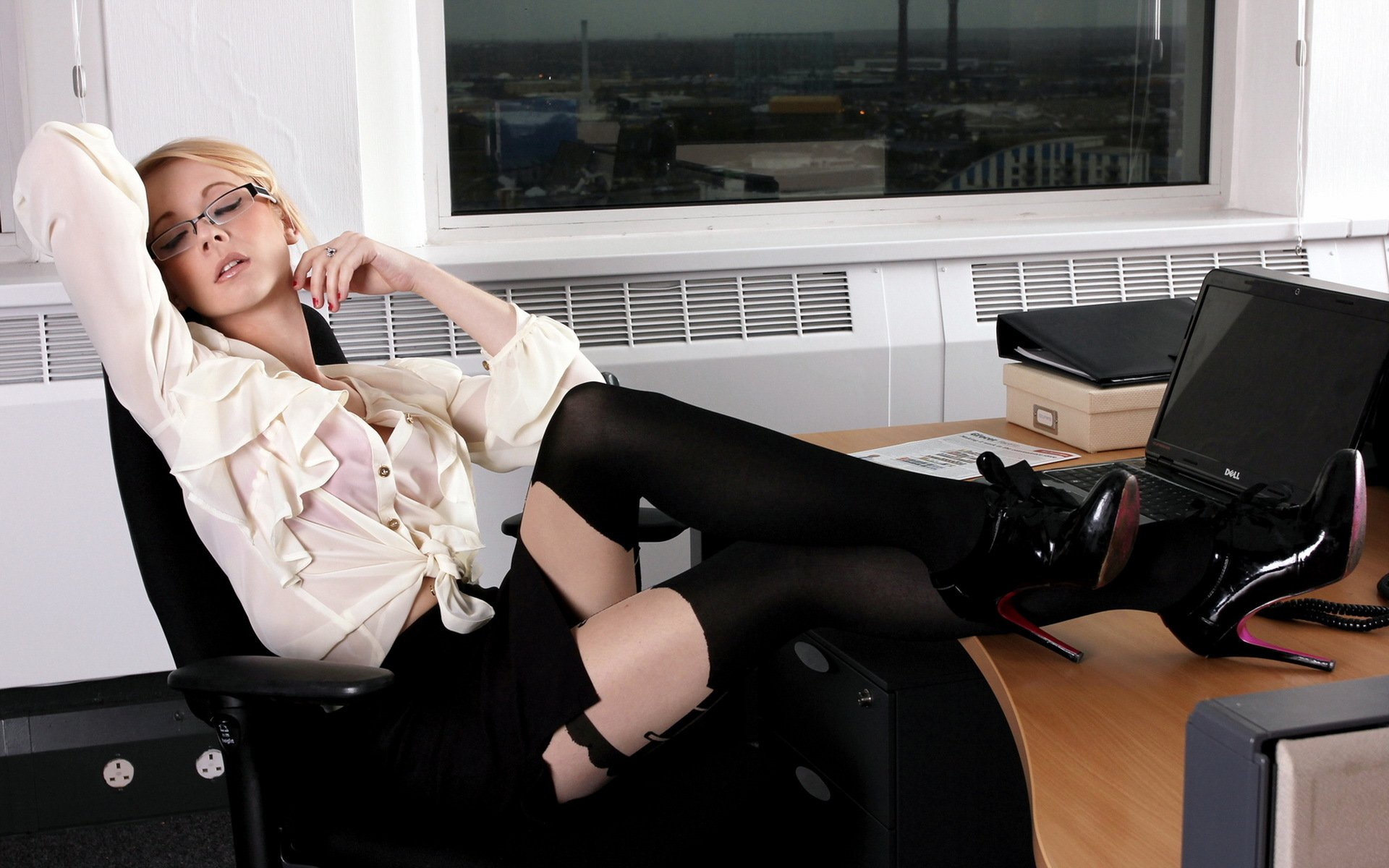 Под столом у секретарши весьма