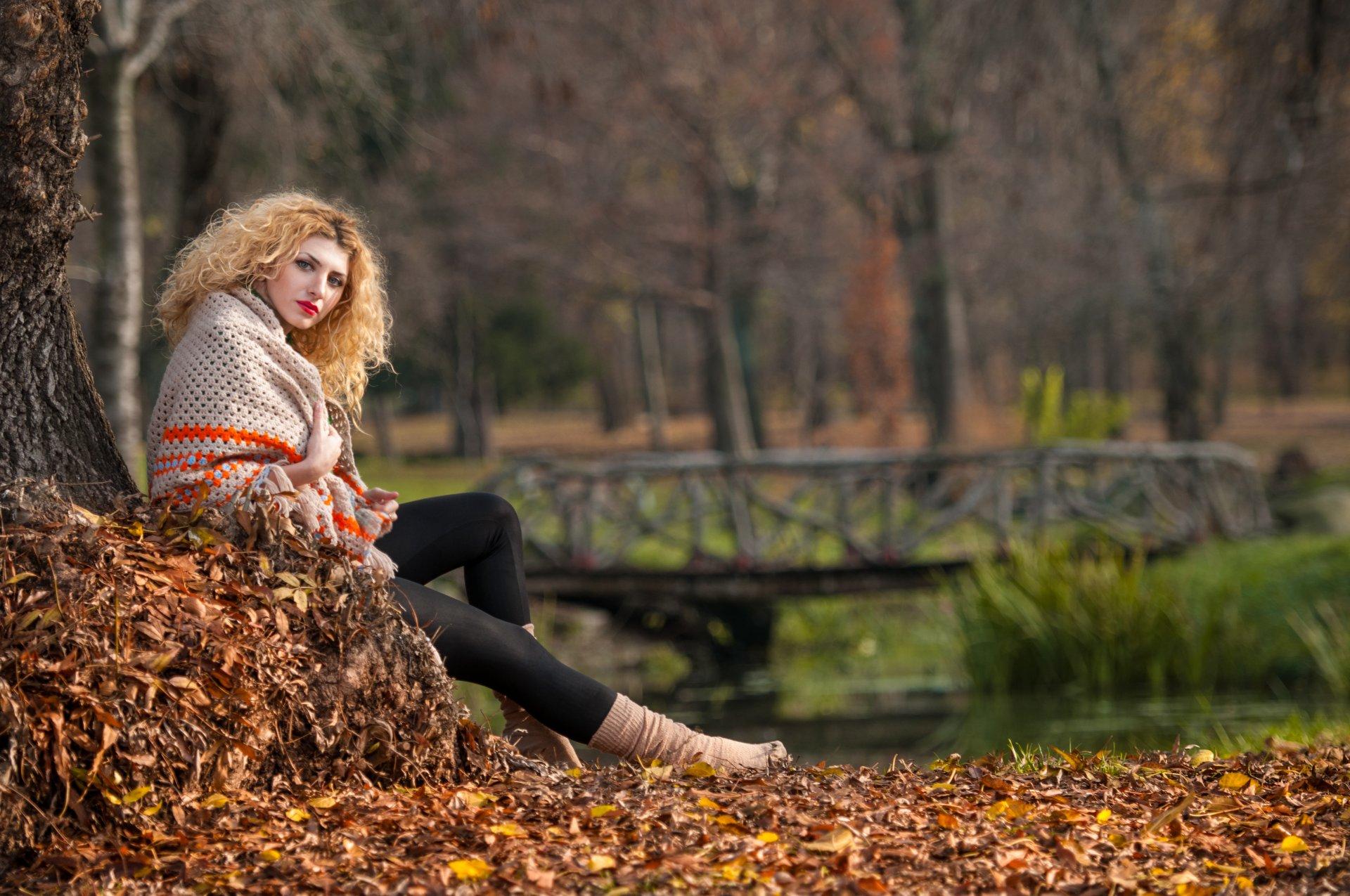 В парке блондинка очень