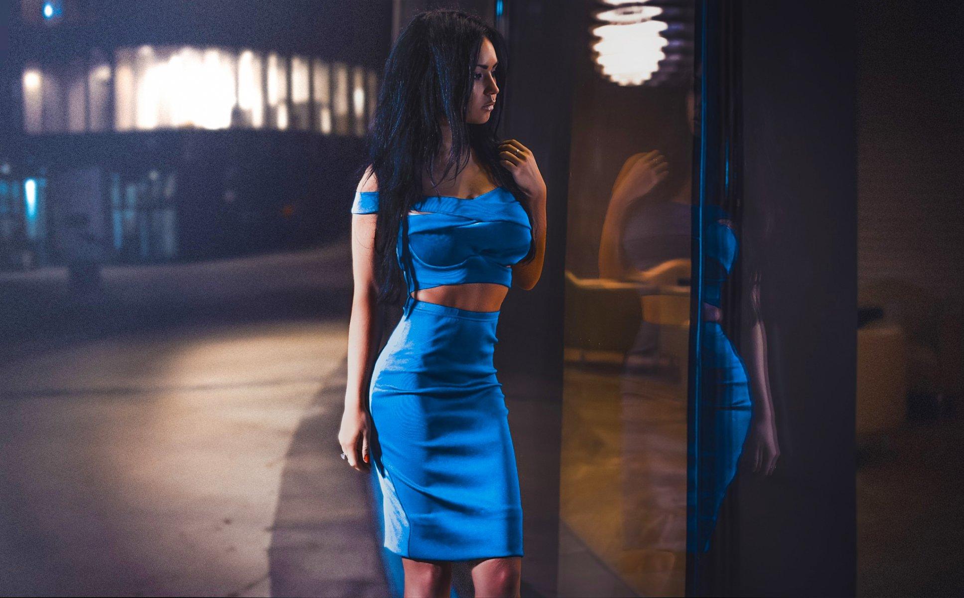фото девушка брюнетка в платье вечернем потянулась схватила