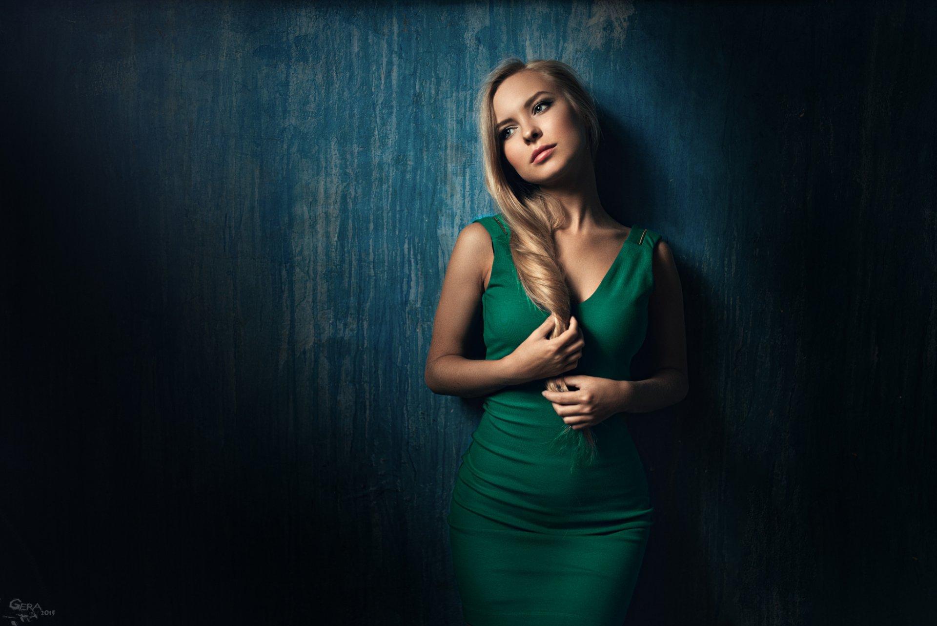 Обои девушка, блондинка, лицо, в зеленом платье, на кресле