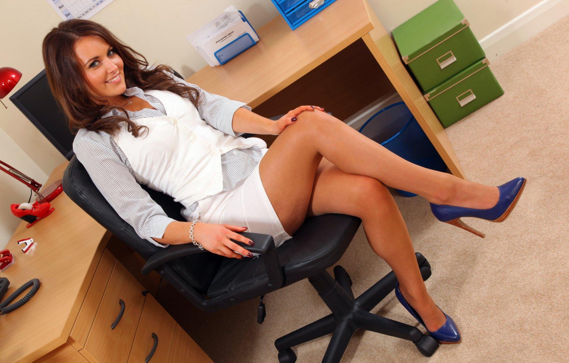 Смотреть порнуху красивой бухгалтерши, девушка рассматривает член парня