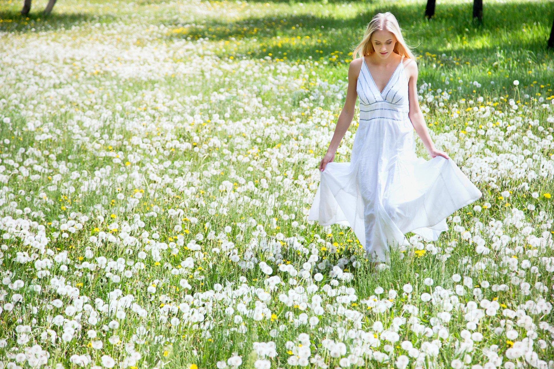 девушка природа белое платье цветы желтые  № 3832565 загрузить