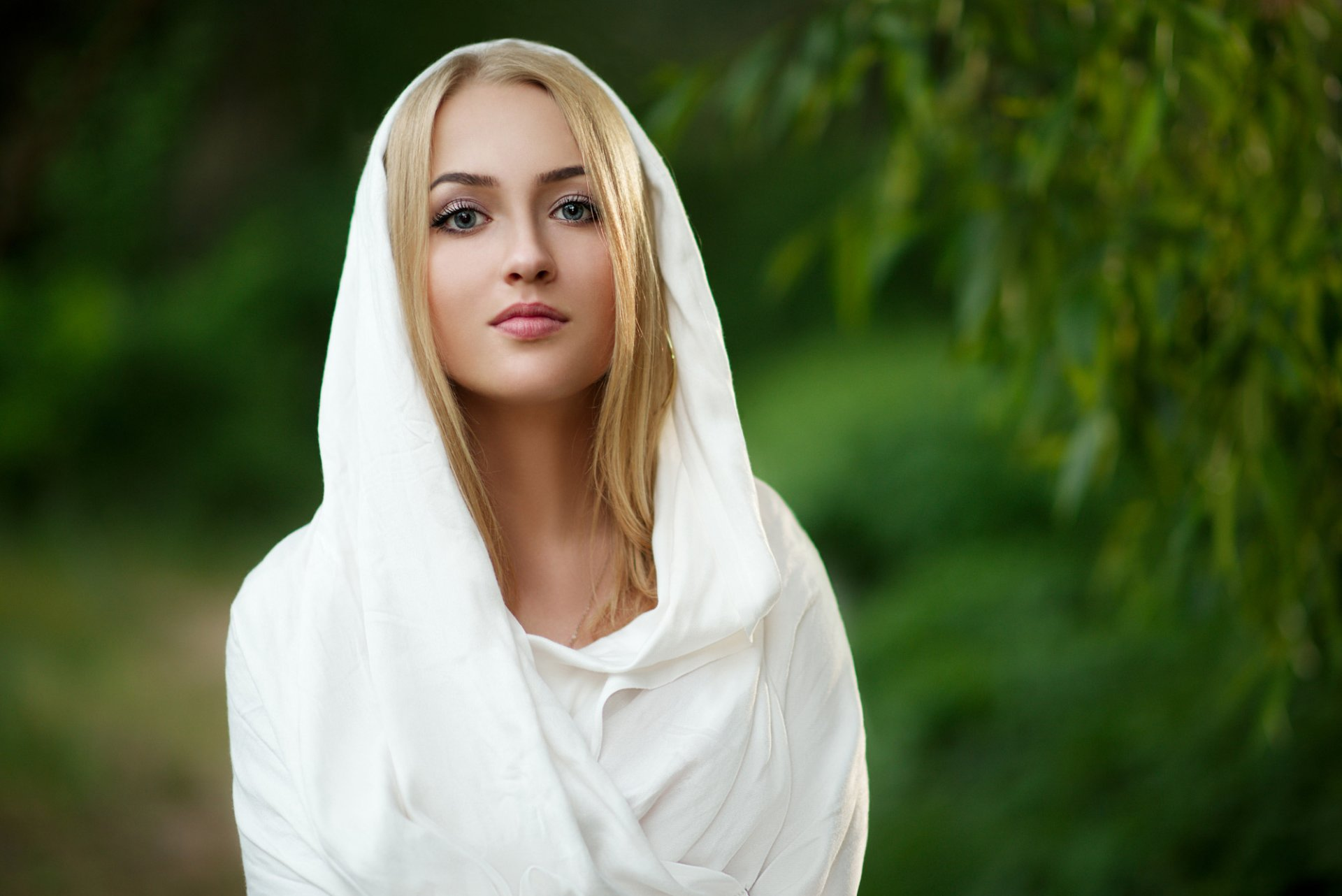 foto-blondinok-v-platkah