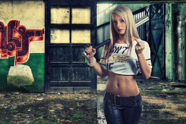 Блондинка и бейсбольная бита фото 286-779