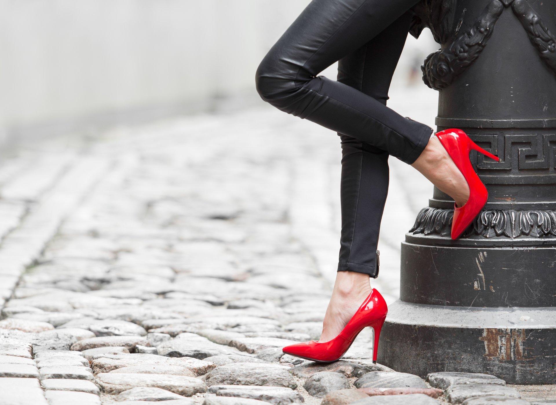 Женские туфли на девушках