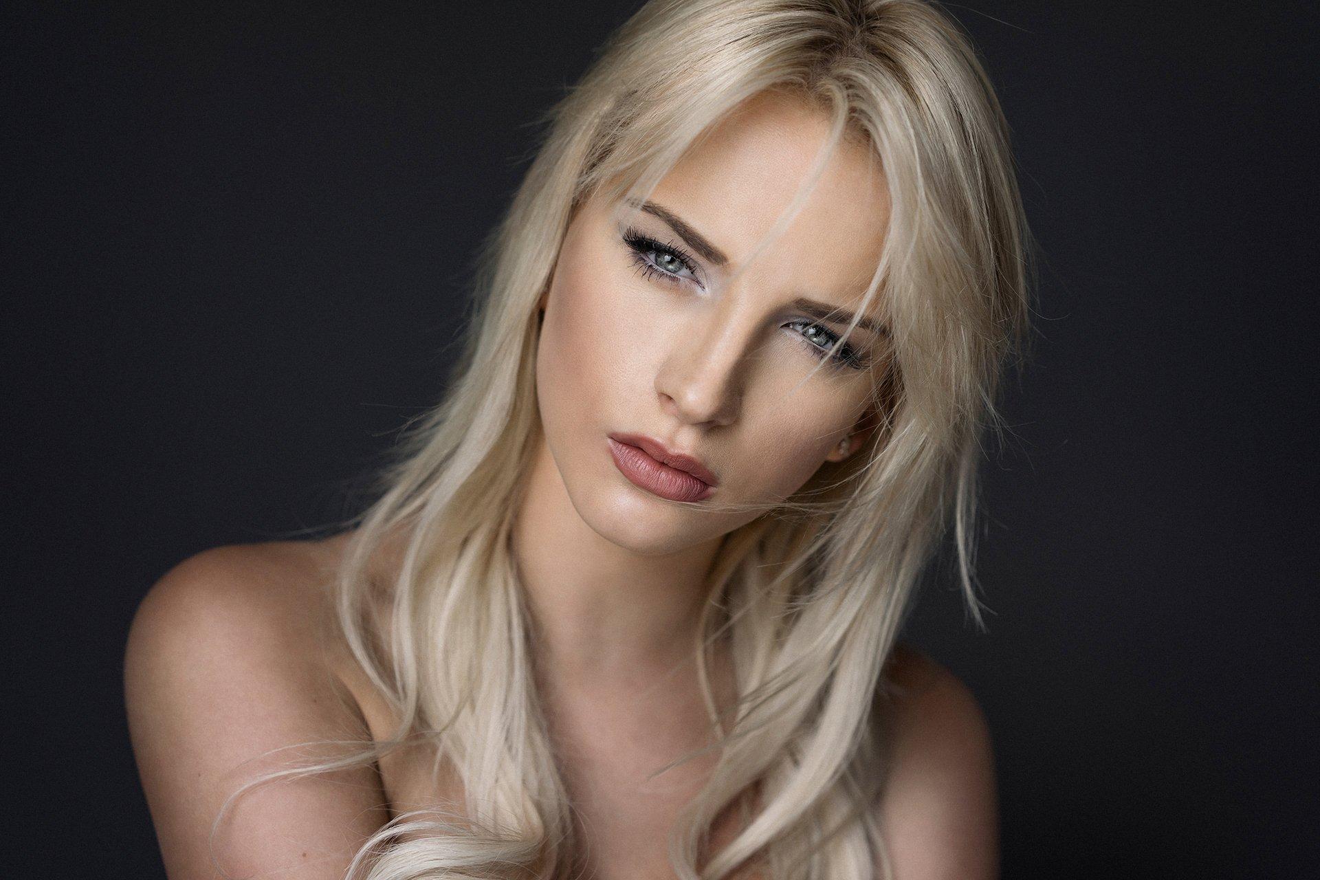 white-hot-blonde-girls-spreading