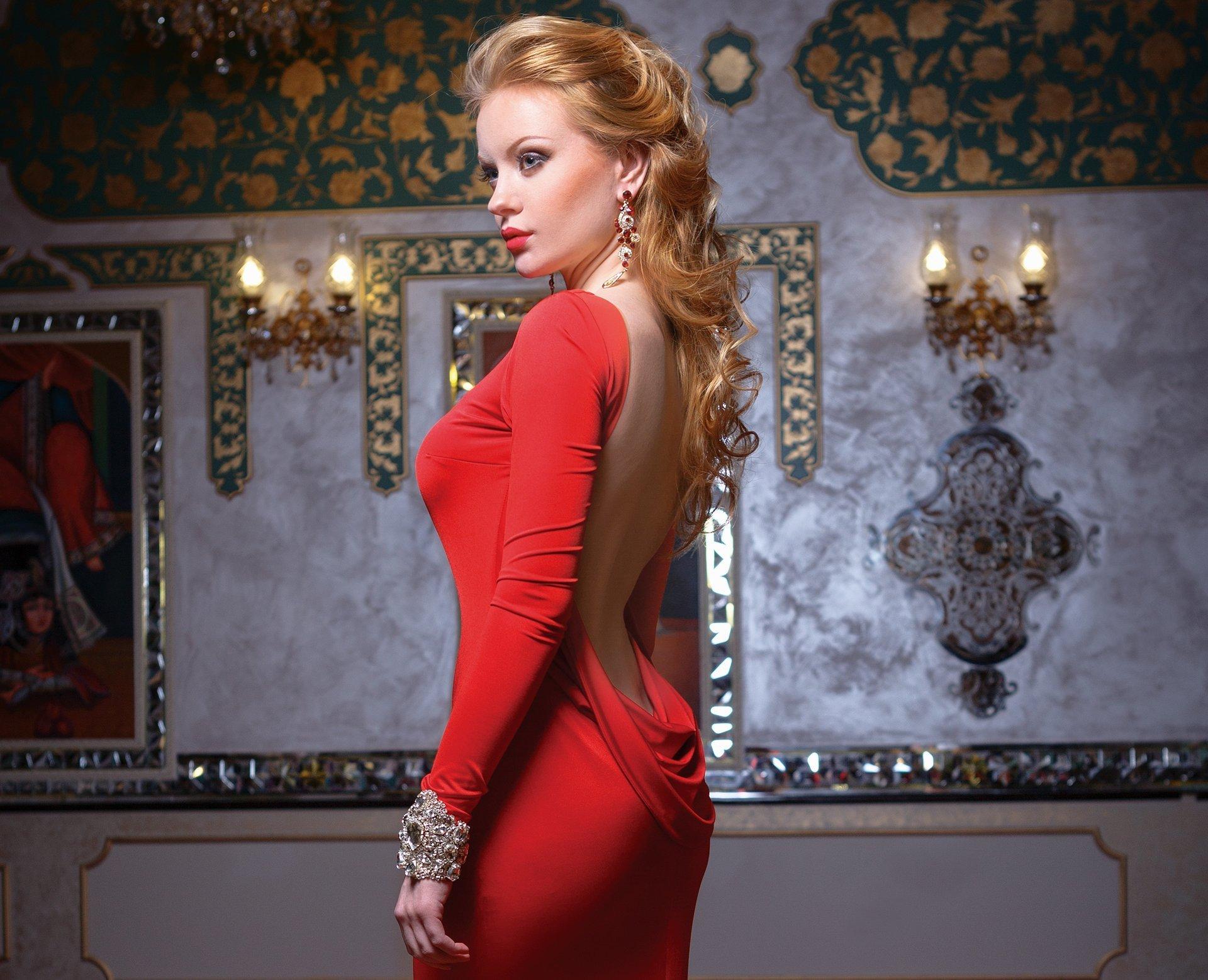 Красивая блондинка в красном платье 10