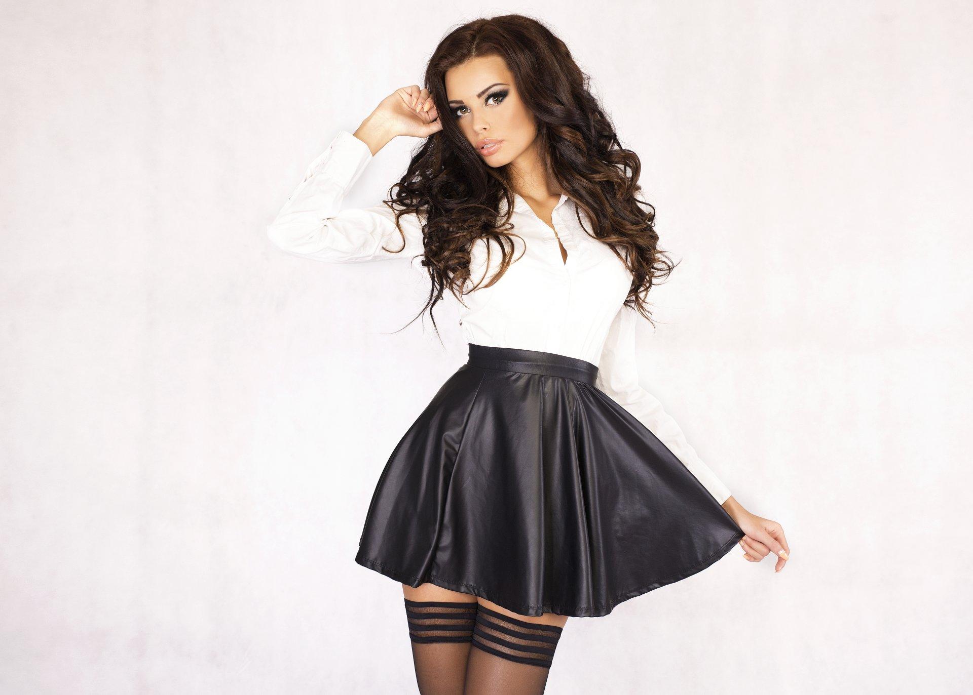 Девушка в черной мини юбке фото