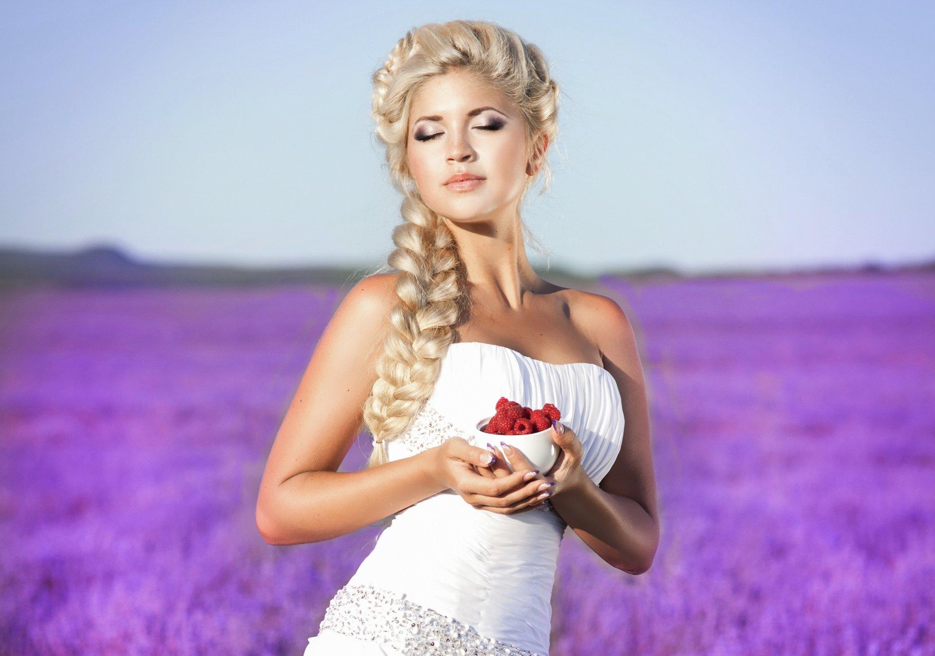 Фото красивых девушек блондинок с длинными волосами с цветами