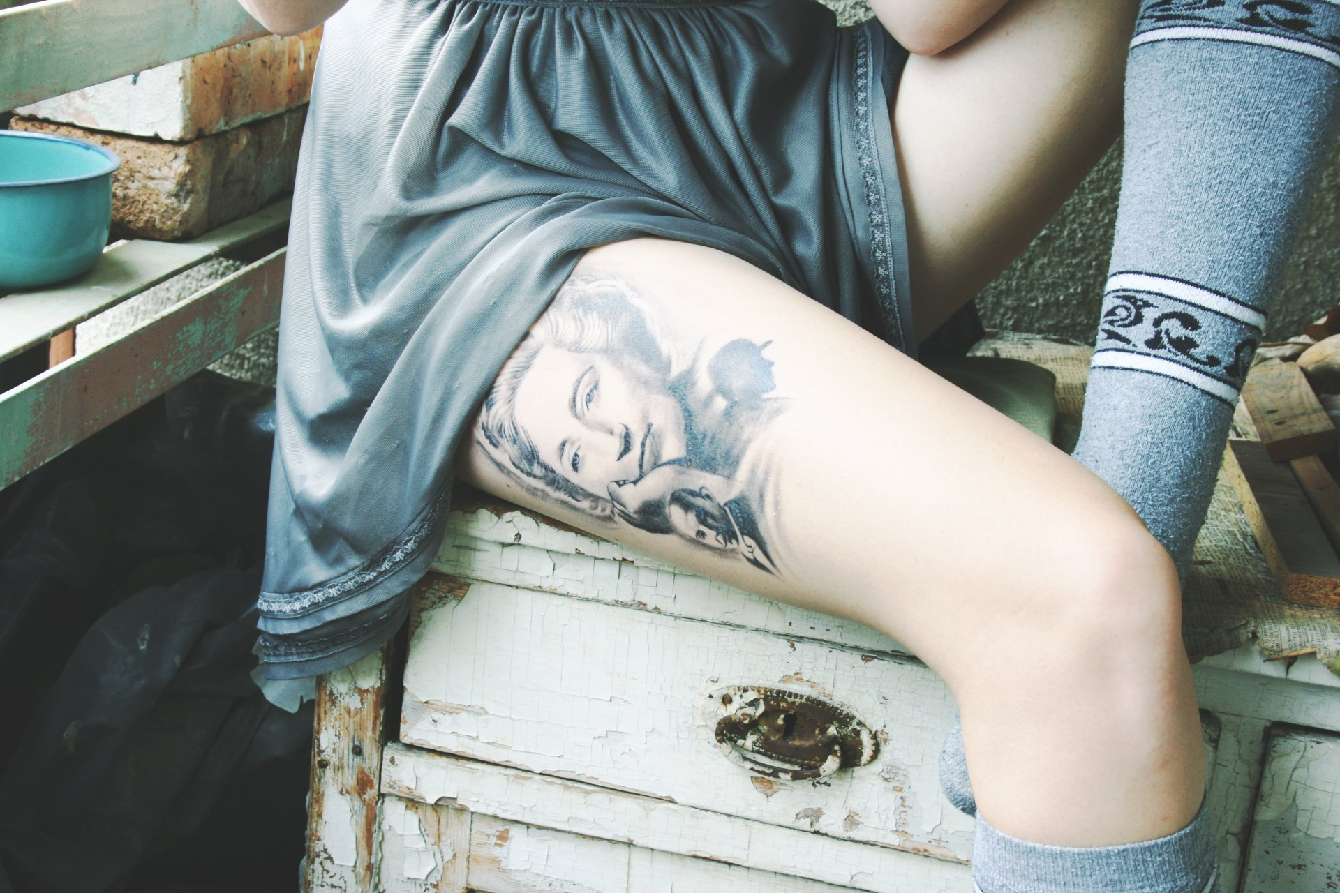 Большие тату на ноге у девушек фото