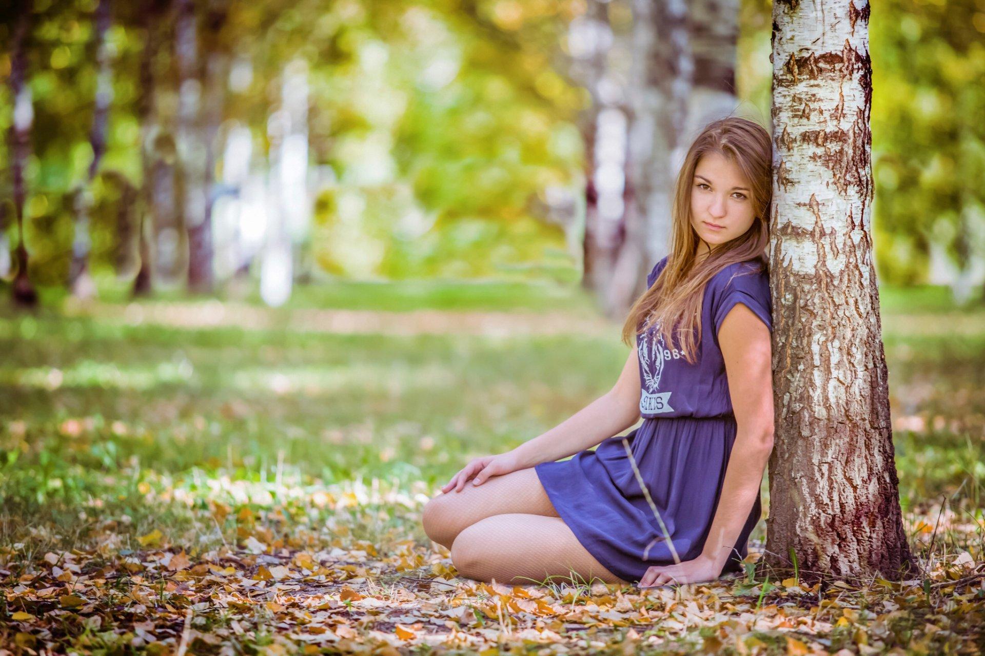 Позы для фотосессии около дерева