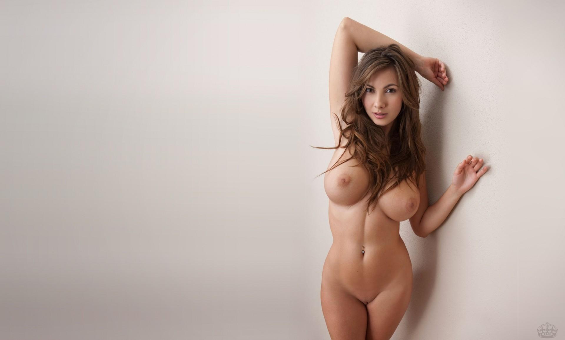 Сексуальная зрелка с большими сисями совершенно голая