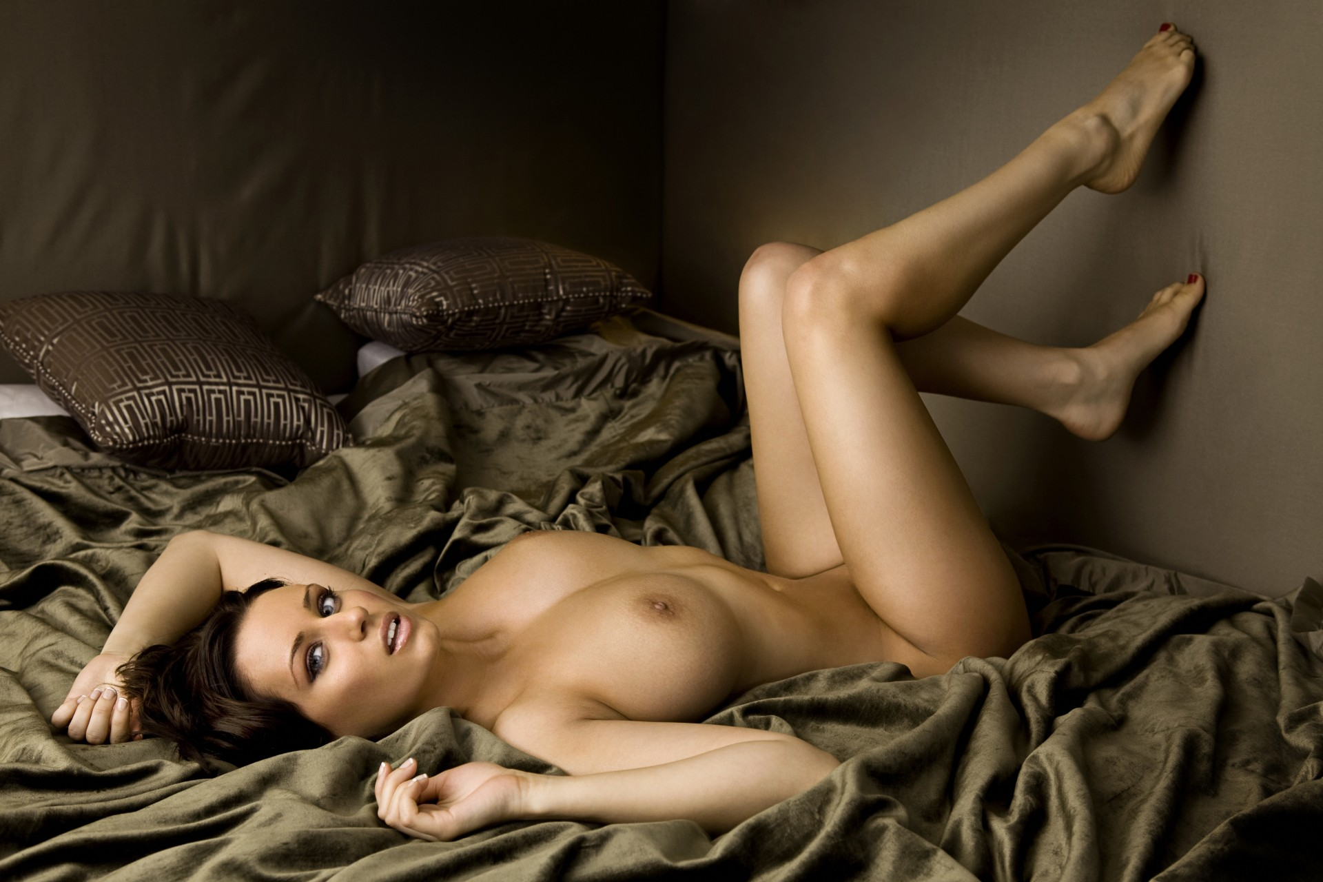 golie-siski-krasivih-devushek-foto-v-posteli