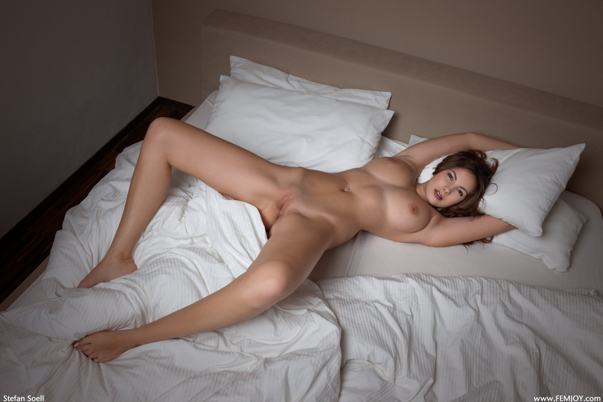 Happy women naked in bed, hotsexyoug grils