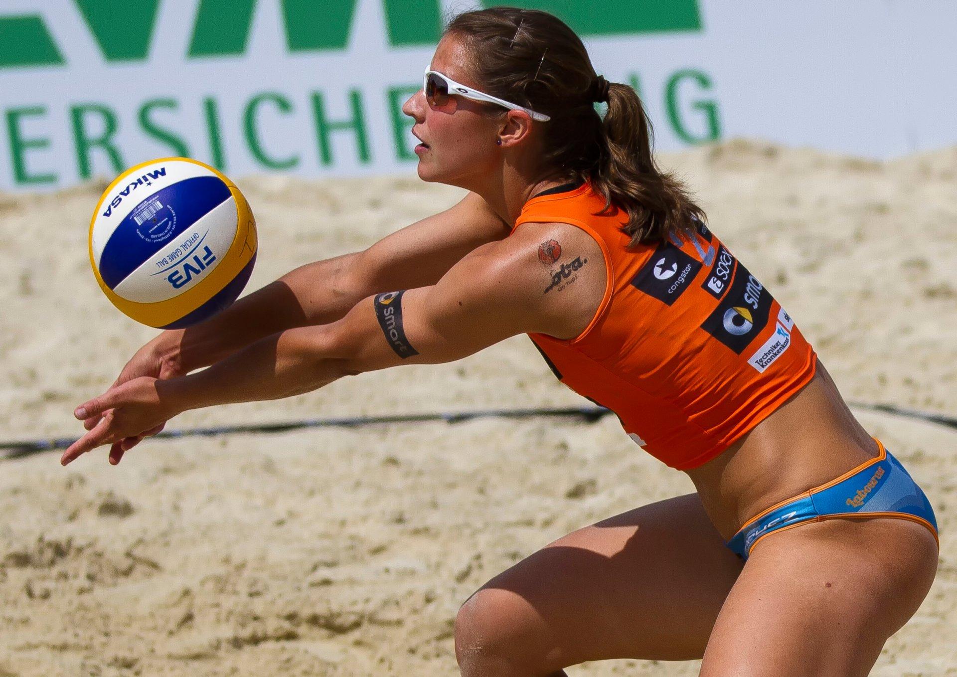 Телка на волейболе, Девчонки устроили обнаженный волейбол на пляже 26 фотография
