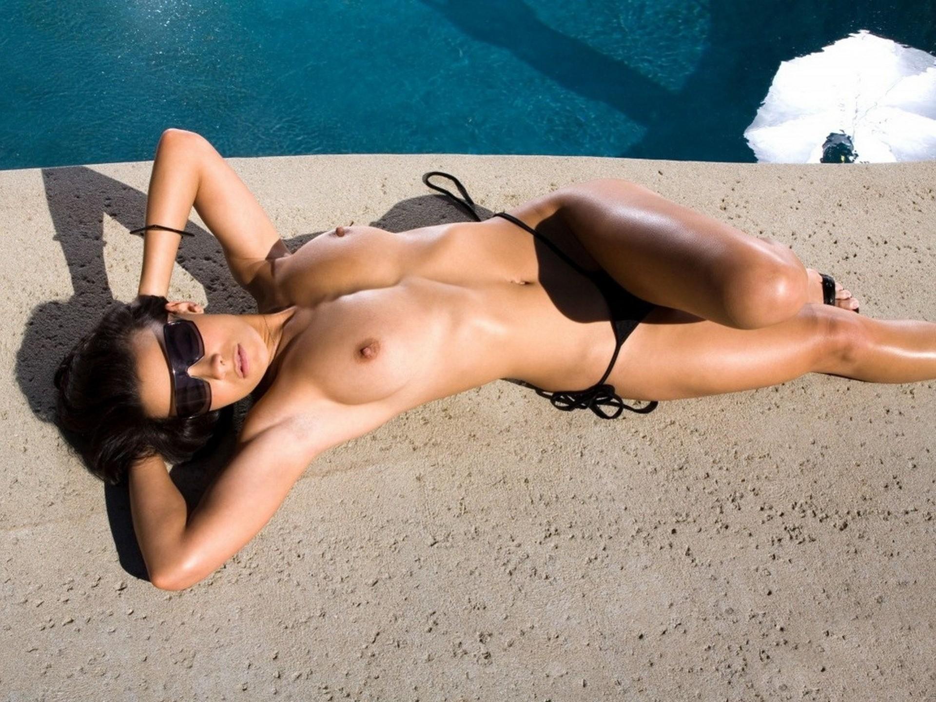 Волосатые порно с самыми сексуальными девушками в солнечных очках купается душе