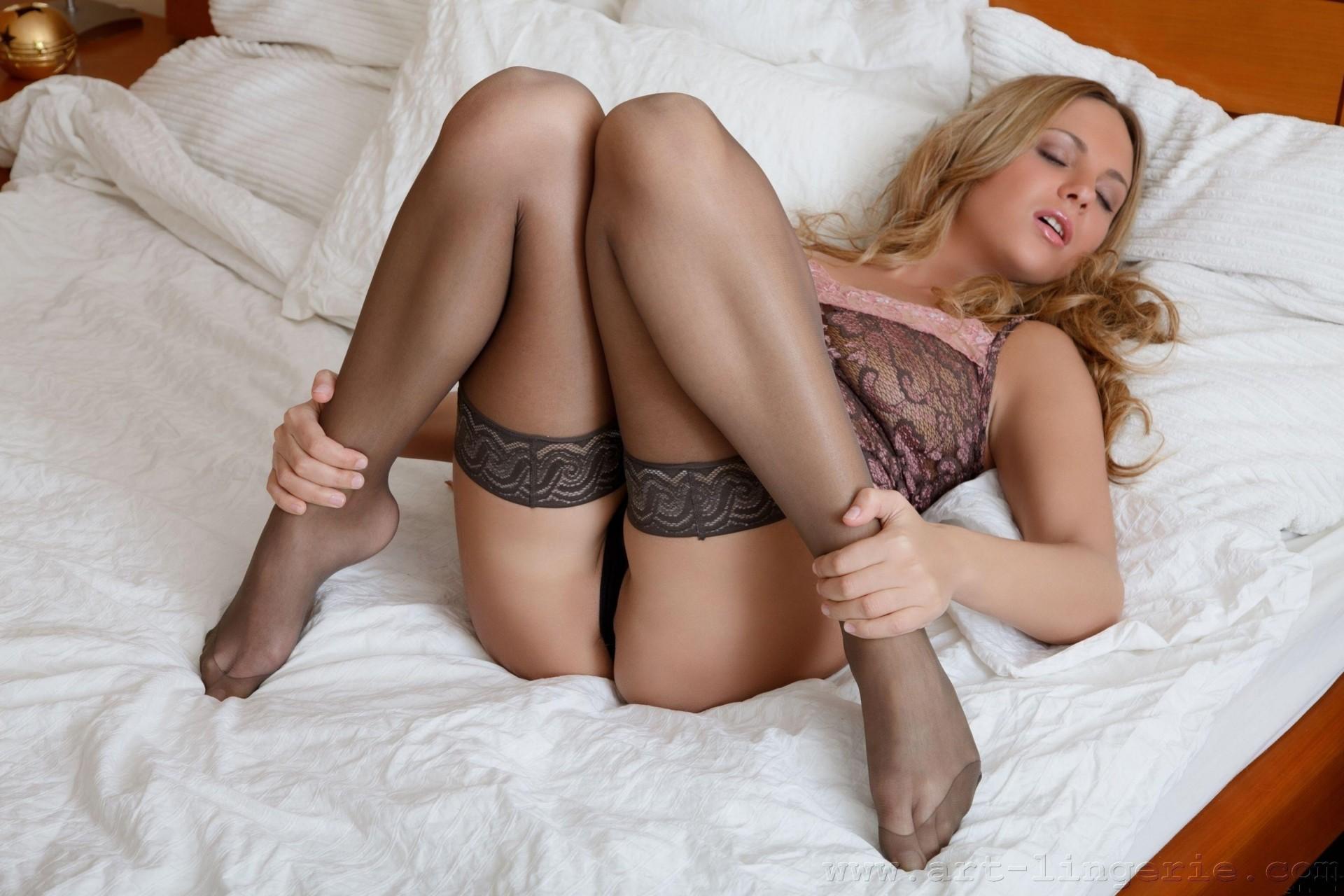 Красивые сексуальные чулки на ножках