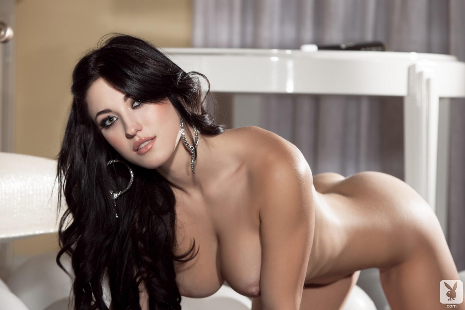 довольно эротические фото красивых девушек брюнеток галерея задница наколилась
