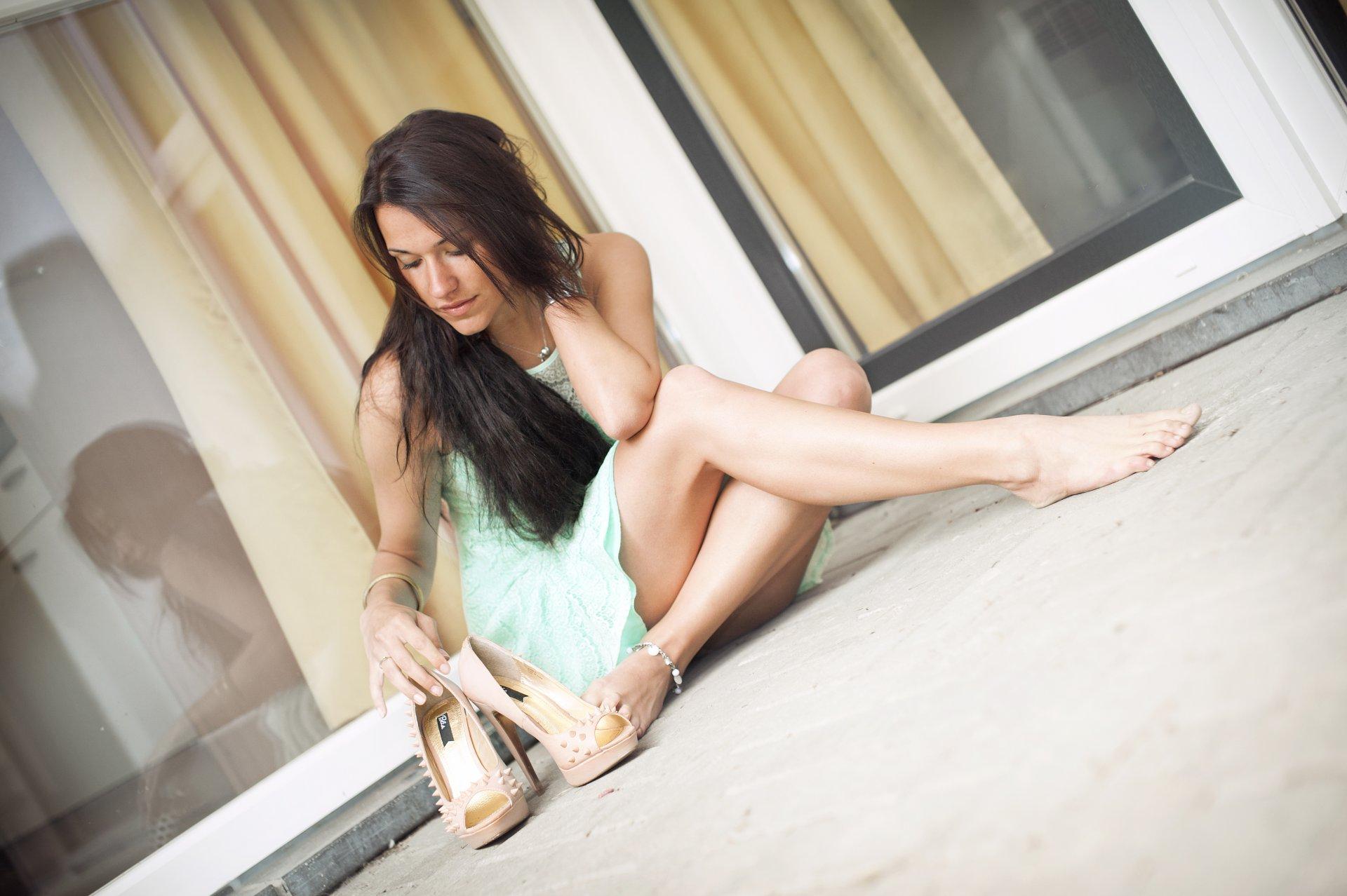 Шикарная брюнетка с красивыми ногами